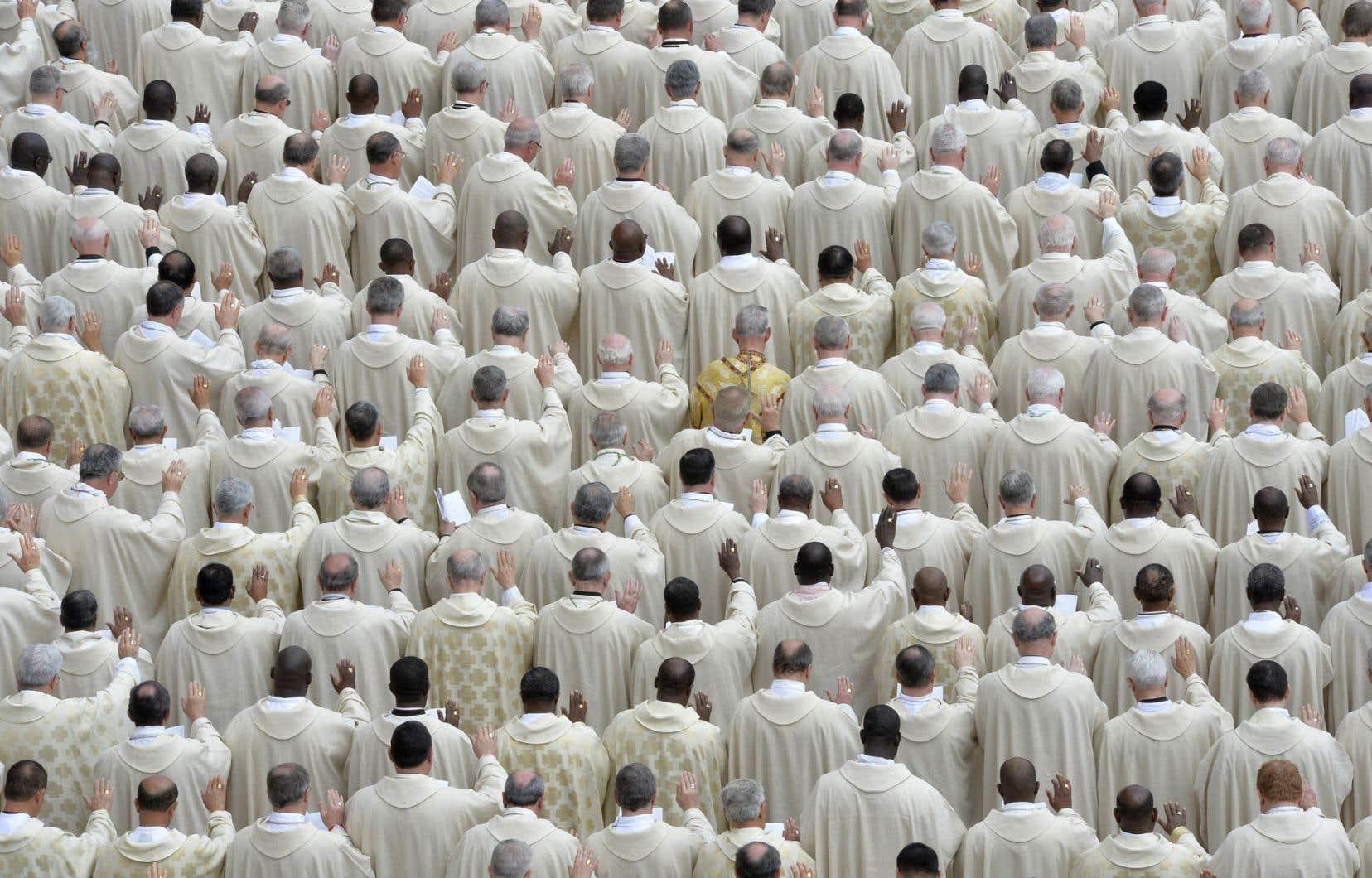 Des prêtres attendent une canonisation en avril 2014.