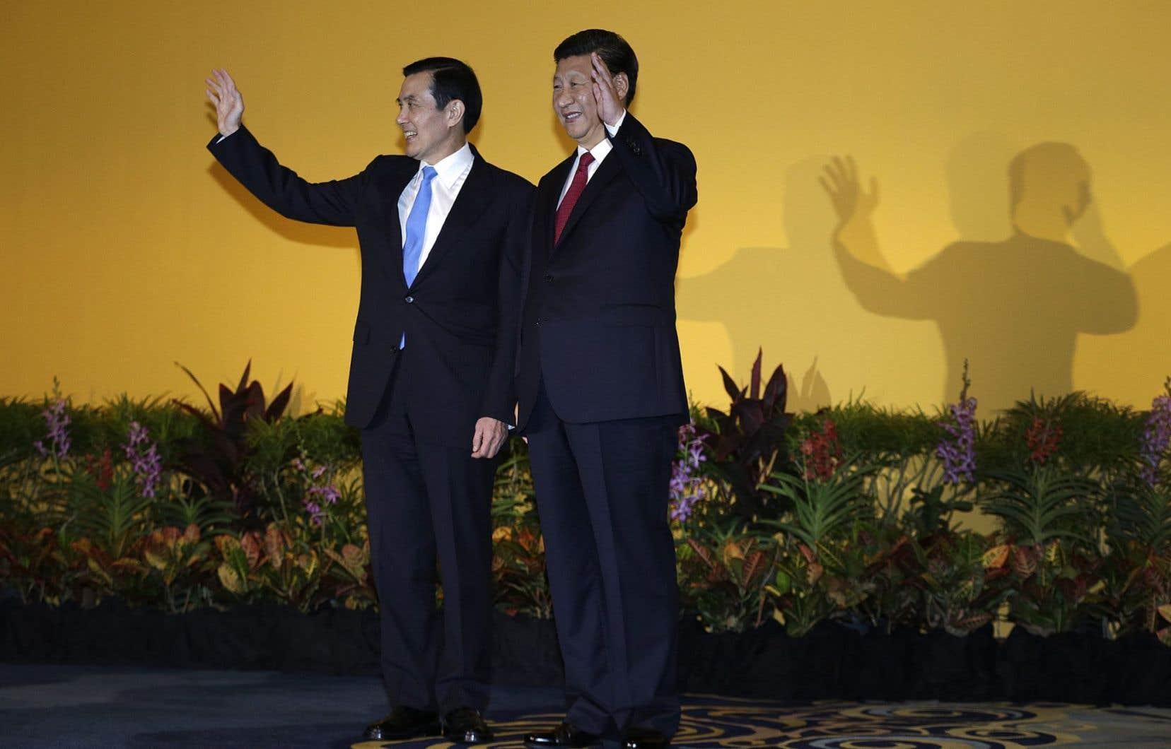 Le président de Taïwan, Ma Ying-jeou, en compagnie de son homologue chinois, Xi Jinping lors d'un sommet entre les «deux Chines» à Singapour