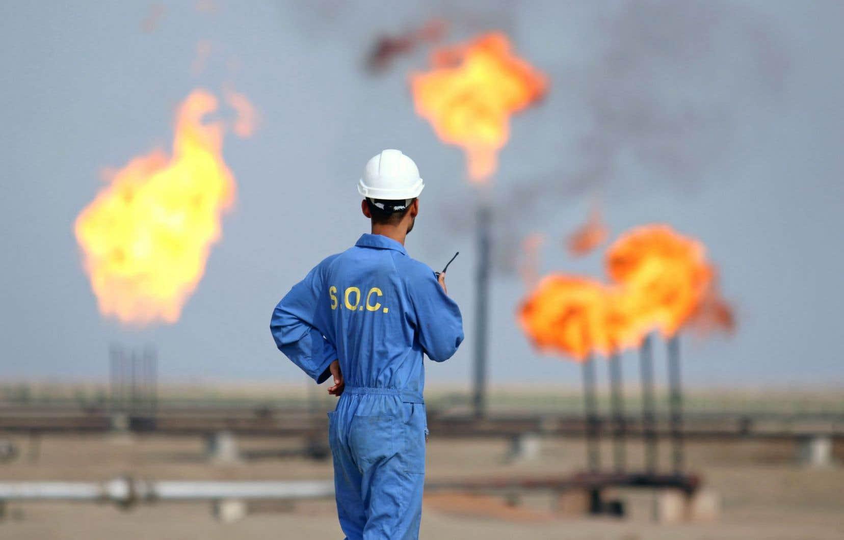 Selon les prévisions de l'AIE, les investissements dans l'exploration et la production pétrolifère vont décliner l'an prochain pour une deuxième année consécutive: du jamais vu depuis les années 1980.