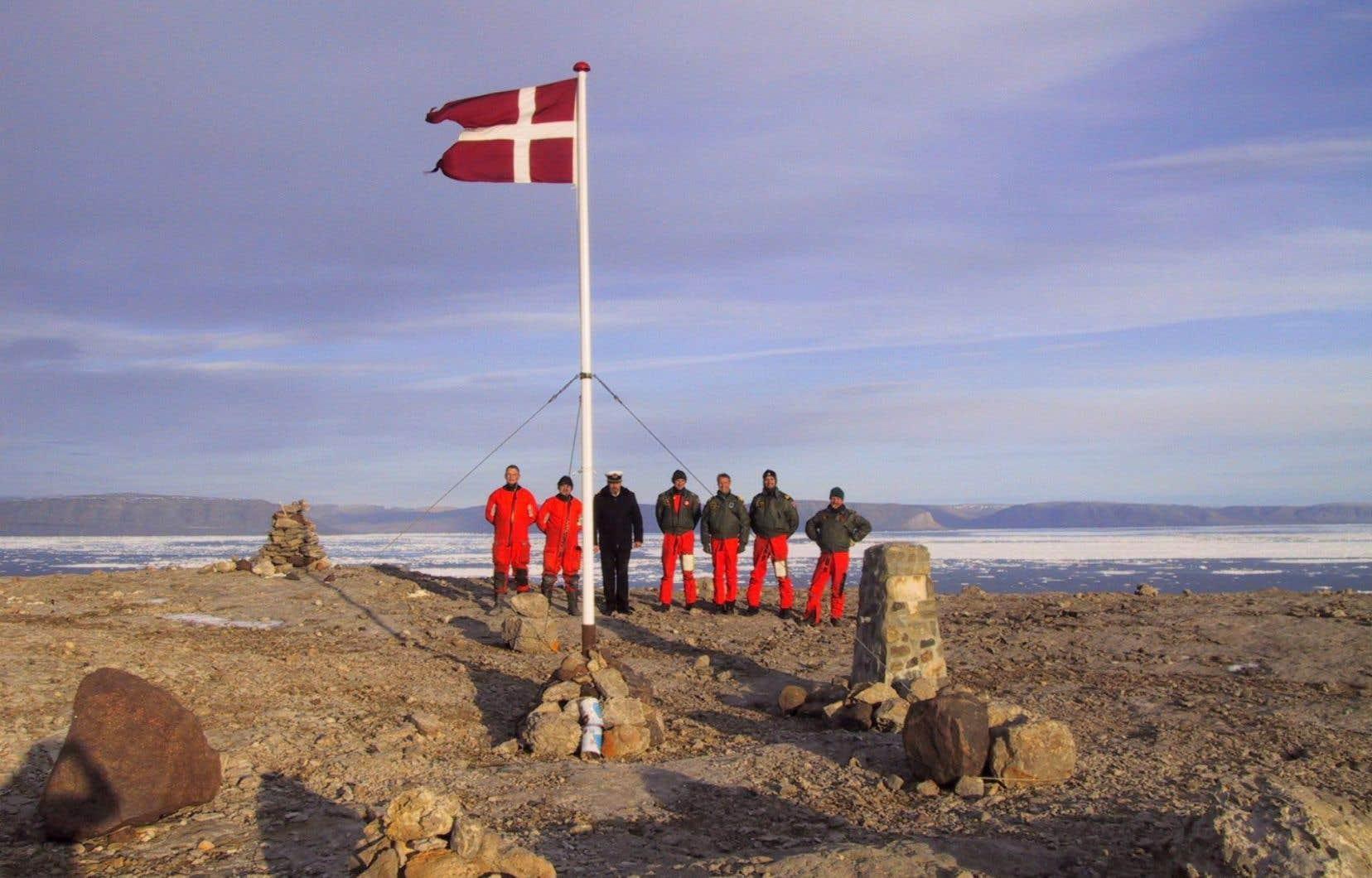 L'équipage du navire danoisVedderen sur l'île Hans, en 2002