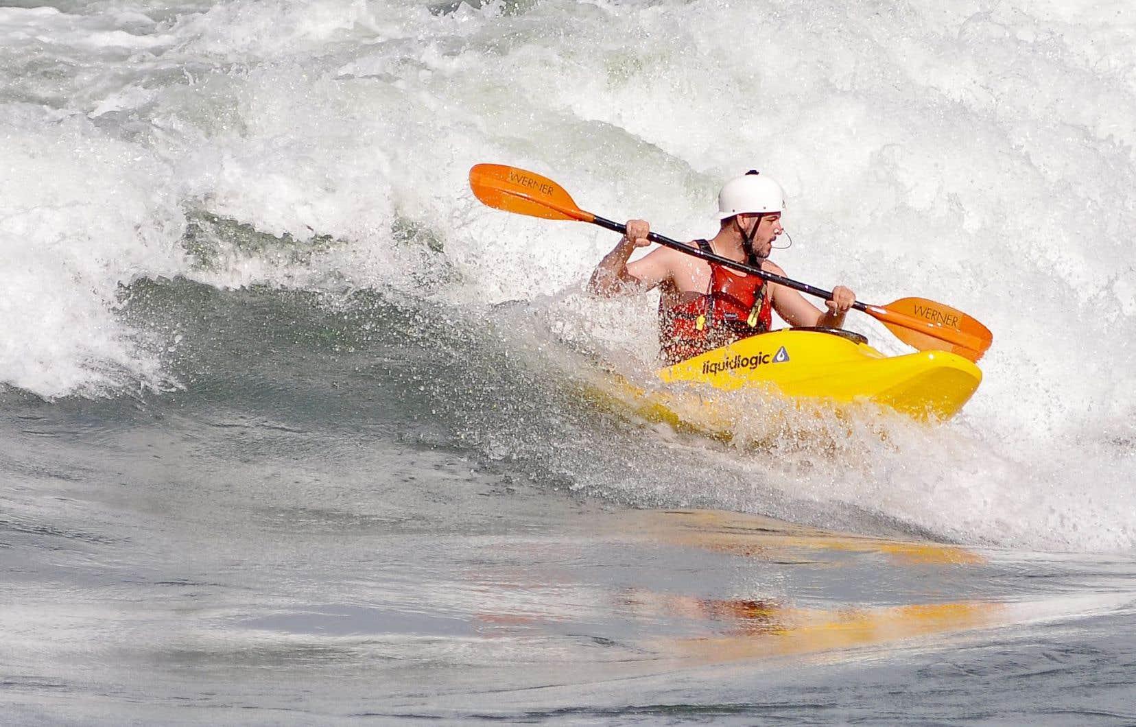 L'été, surfeurs et kayakistes chevauchent les vagues perpétuelles qui se forment dans les rapides du fleuve Saint-Laurent.