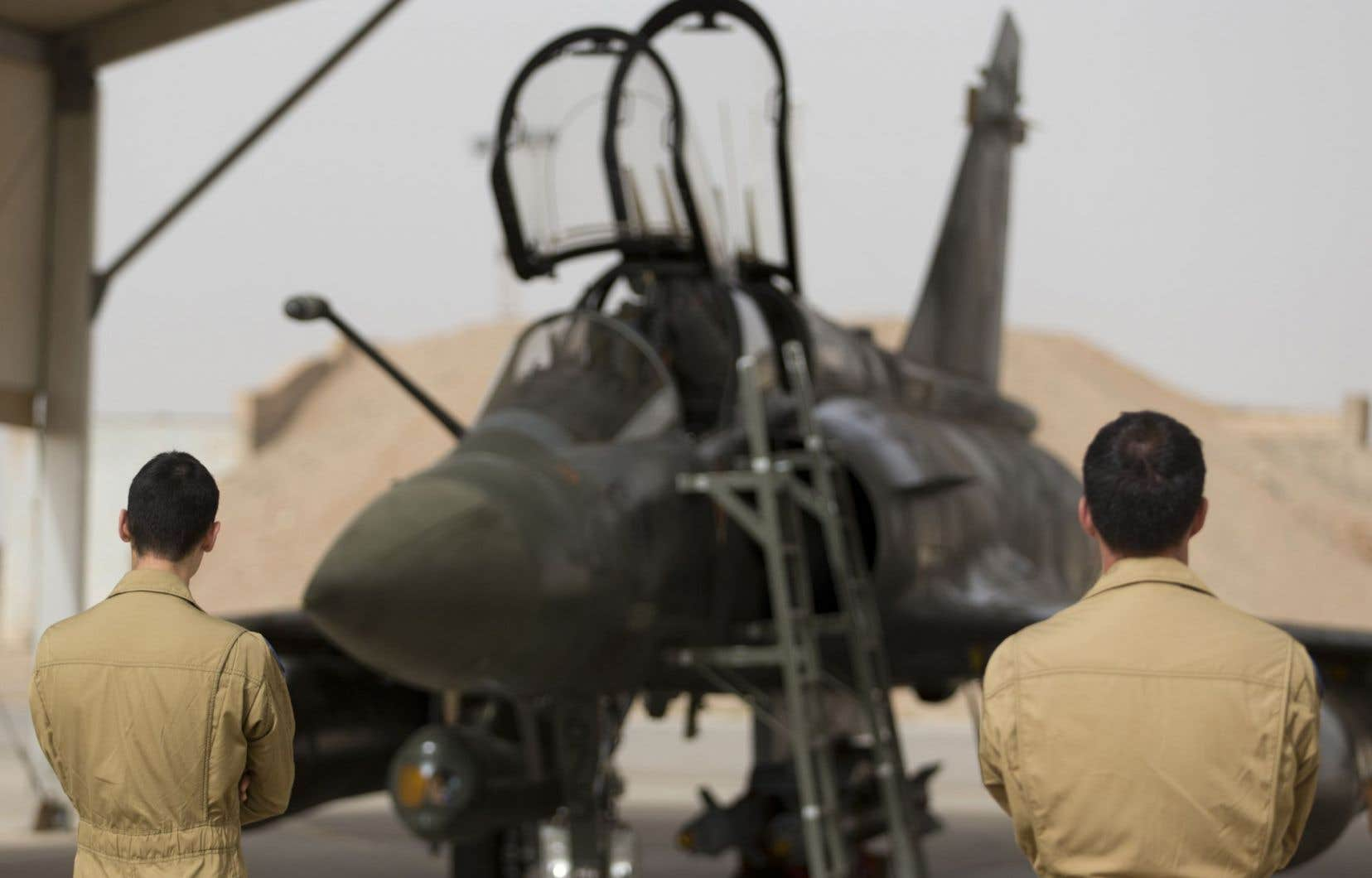 Des techniciens de l'armée française devant un avion de combat, le 12 octobre dernier