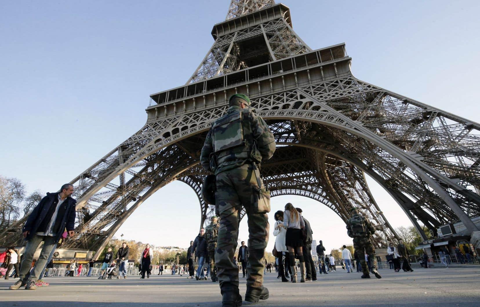 La tour Eiffel, monument-symbole de la capitale française, était fermée dimanche comme d'autres lieux touristiques de Paris. Des militaires et des policiers surveillent le site depuis les attentats de vendredi qui ont fait au moins 132 morts.