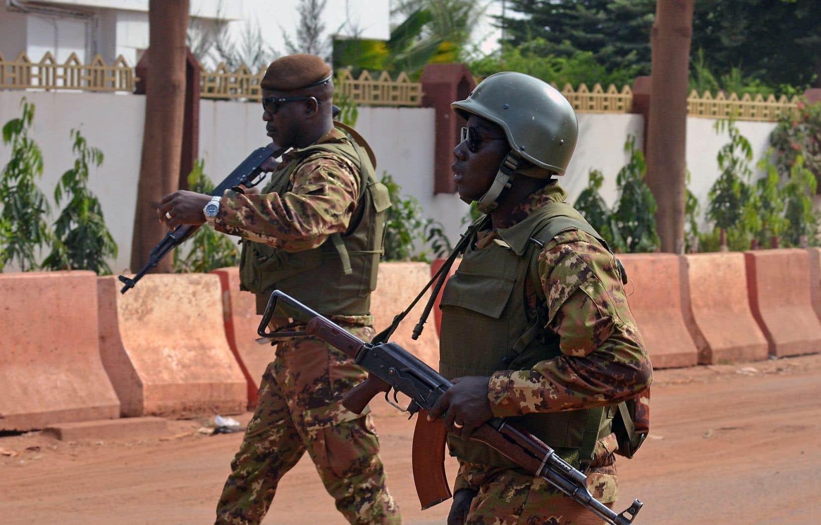 Des soldats patrouillaient à l'extérieur de l'hôtel Radisson dimanche.