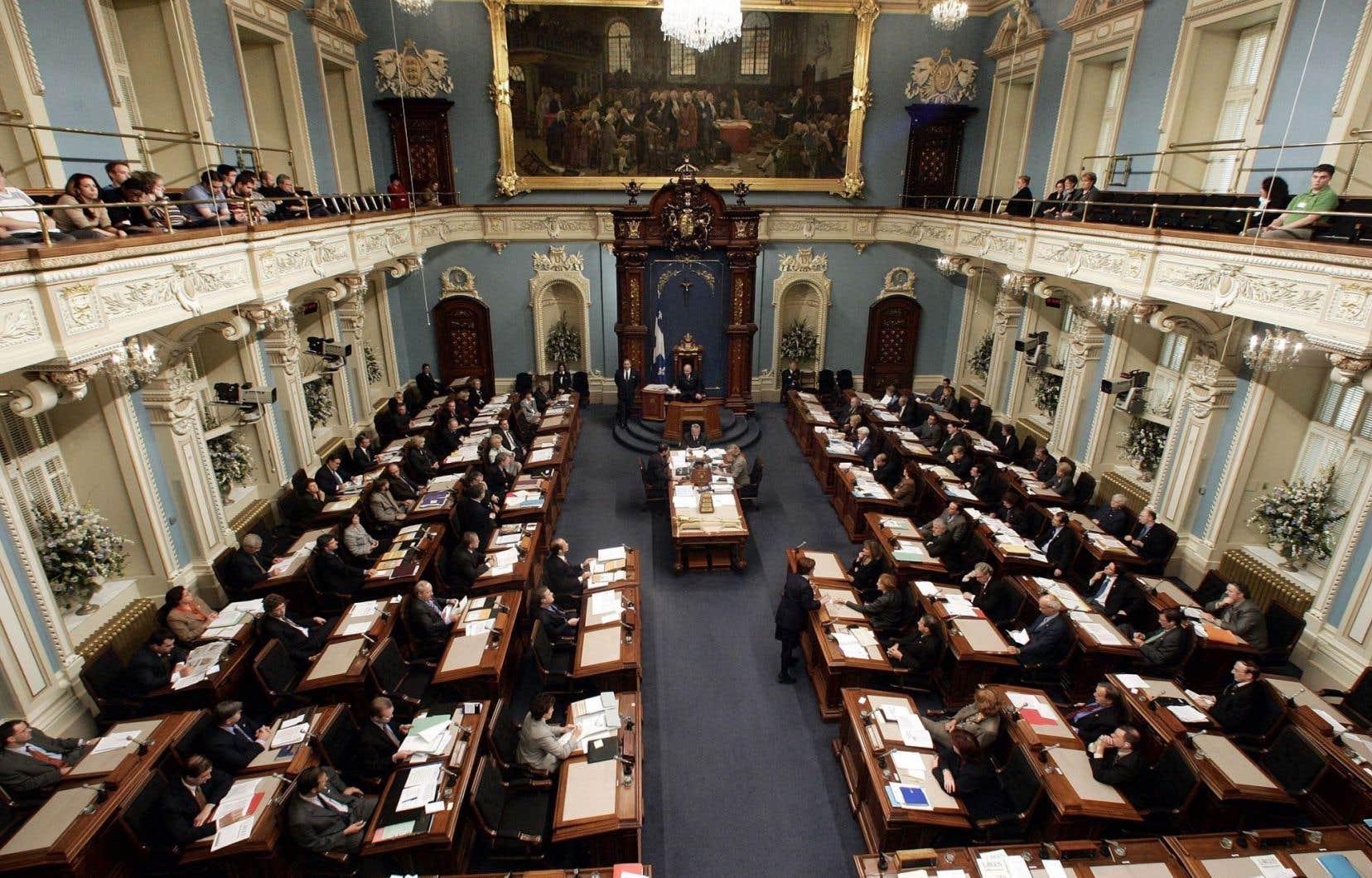 Malgré un écart de 5,5 millions entre les deux, l'Assemblée législative de l'Ontario compte 106 députés, le Québec en comte 19 de plus, soit 125.