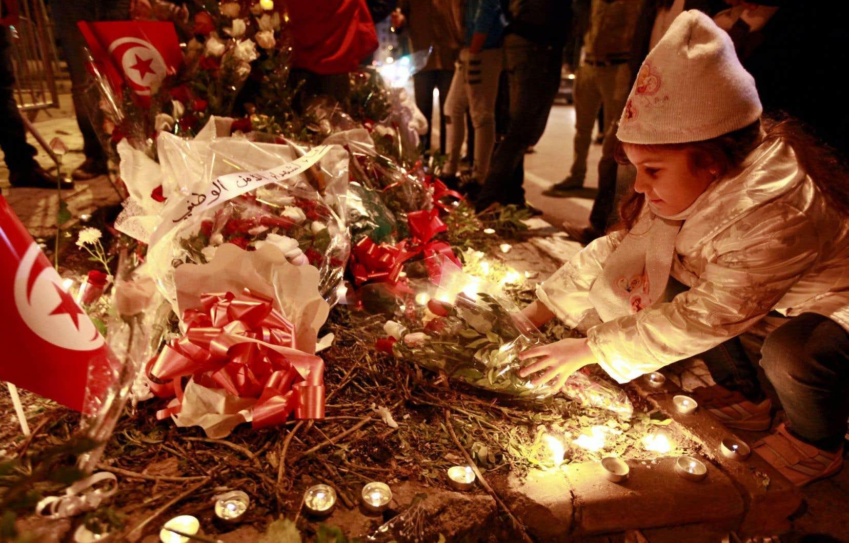 Les Tunisiens ont organisé une vigile pour les policiers tués par le groupe EI.