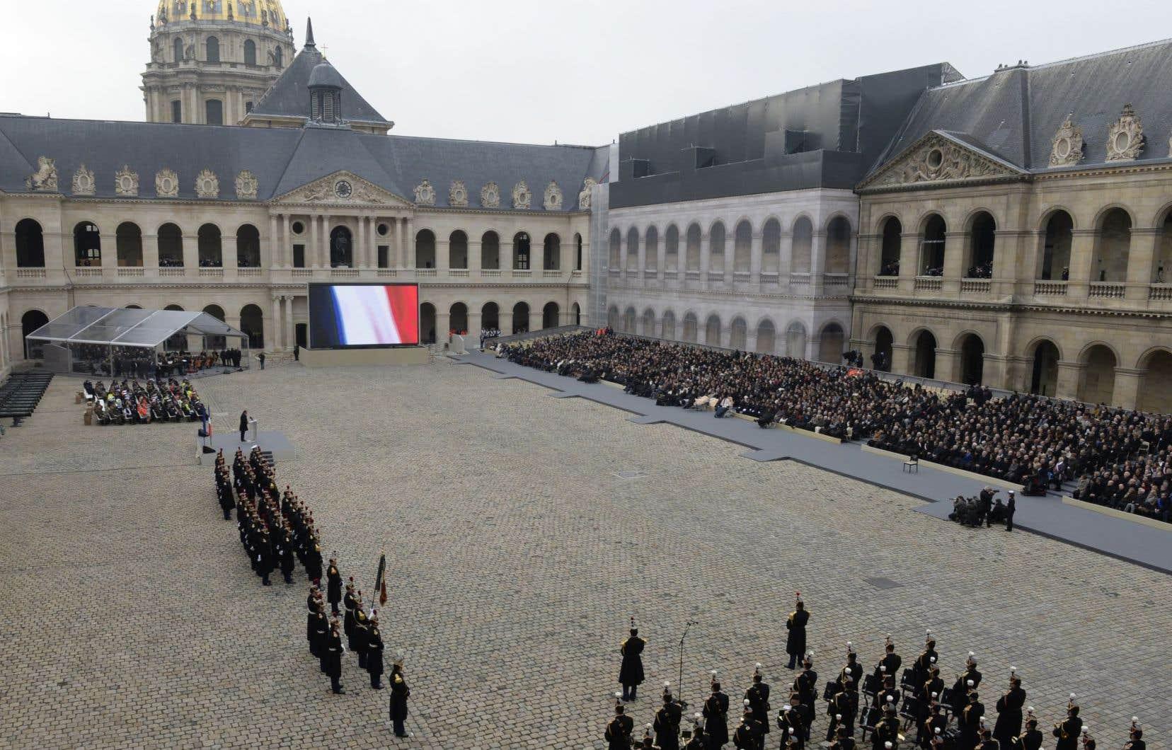 La France a rendu vendredi un hommage national aux victimes des attentats du 13novembre, à Paris, lors d'une cérémonie organisée dans la cour de l'Hôtel des Invalides.