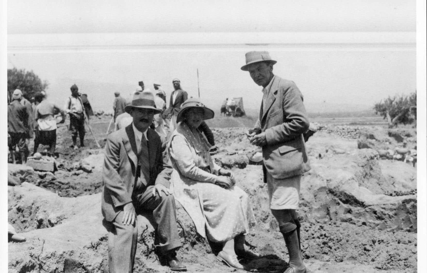 À Ur, ville de la Mésopotamie antique, dans l'actuel Irak en 1931. On aperçoit Max Mallowan, Agatha Christie et Leonard Wooley, important archéologue.