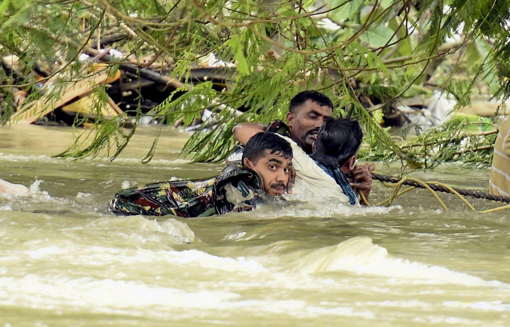 Le sud de l'Inde reçoit des pluies records cette année. Jeudi, les autorités portaient secours à des habitants coincés par les eaux. Le premier ministre Narendra Modi a cité les inondations parmi les conséquences des changements climatiques.