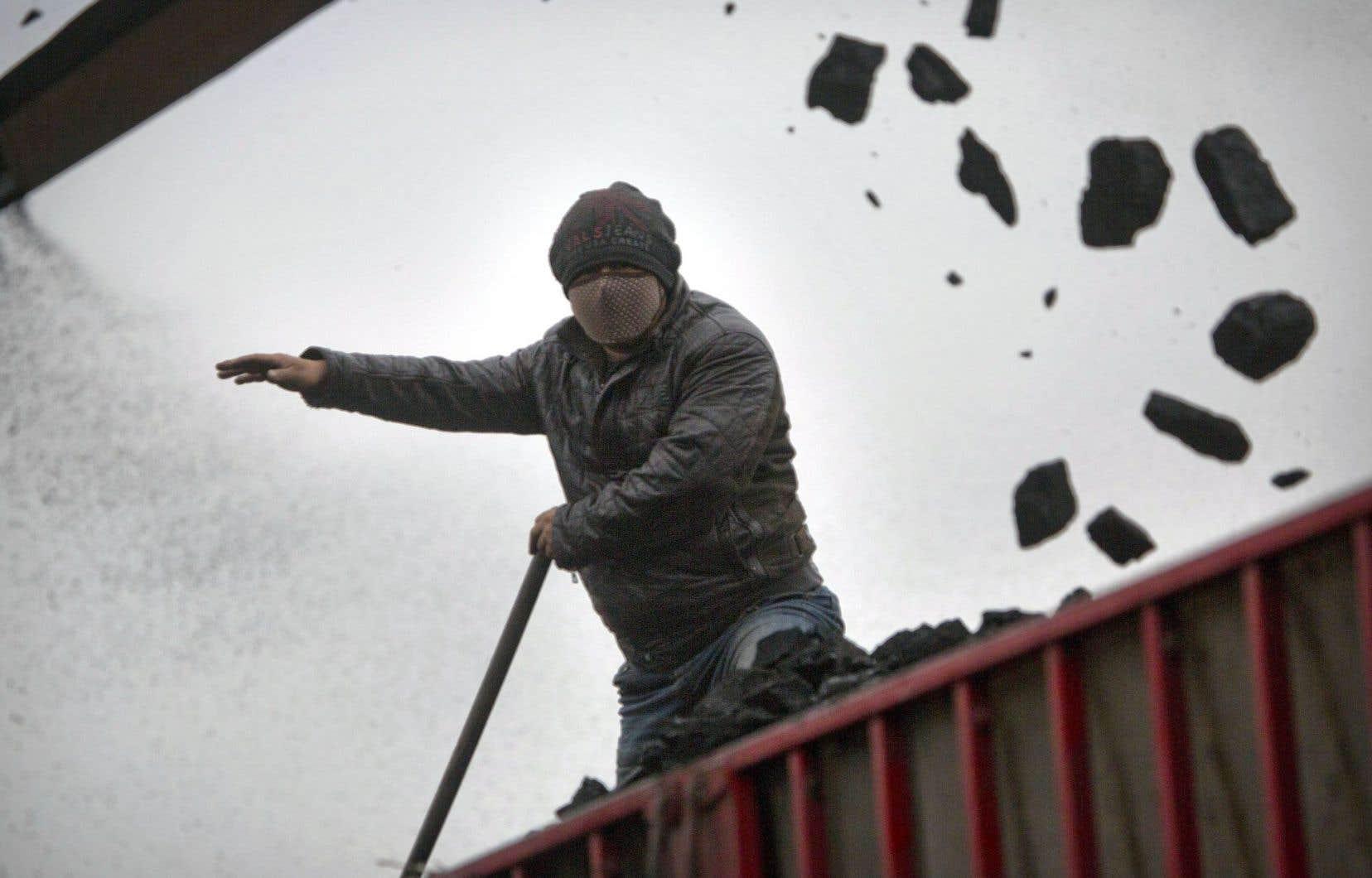 Un ouvrier d'une mine de charbon à Ordos, en Chine. La baisse des émissions de CO2 attendue en 2015 est largement attribuée au déclin de l'utilisation de cette énergie fossile en Chine.