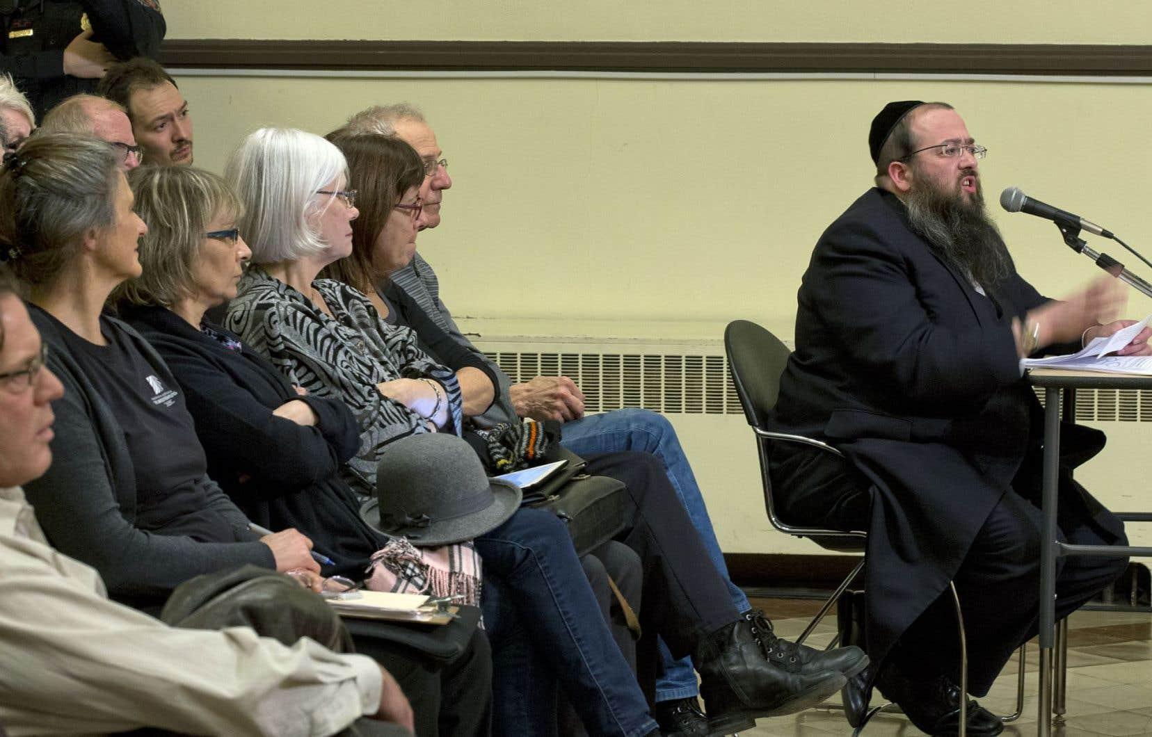 Mayer Feig, un membre actif de la communauté hassidique, a déploré le fait que le règlement municipal «ne laisse aucune place à [sa] communauté».
