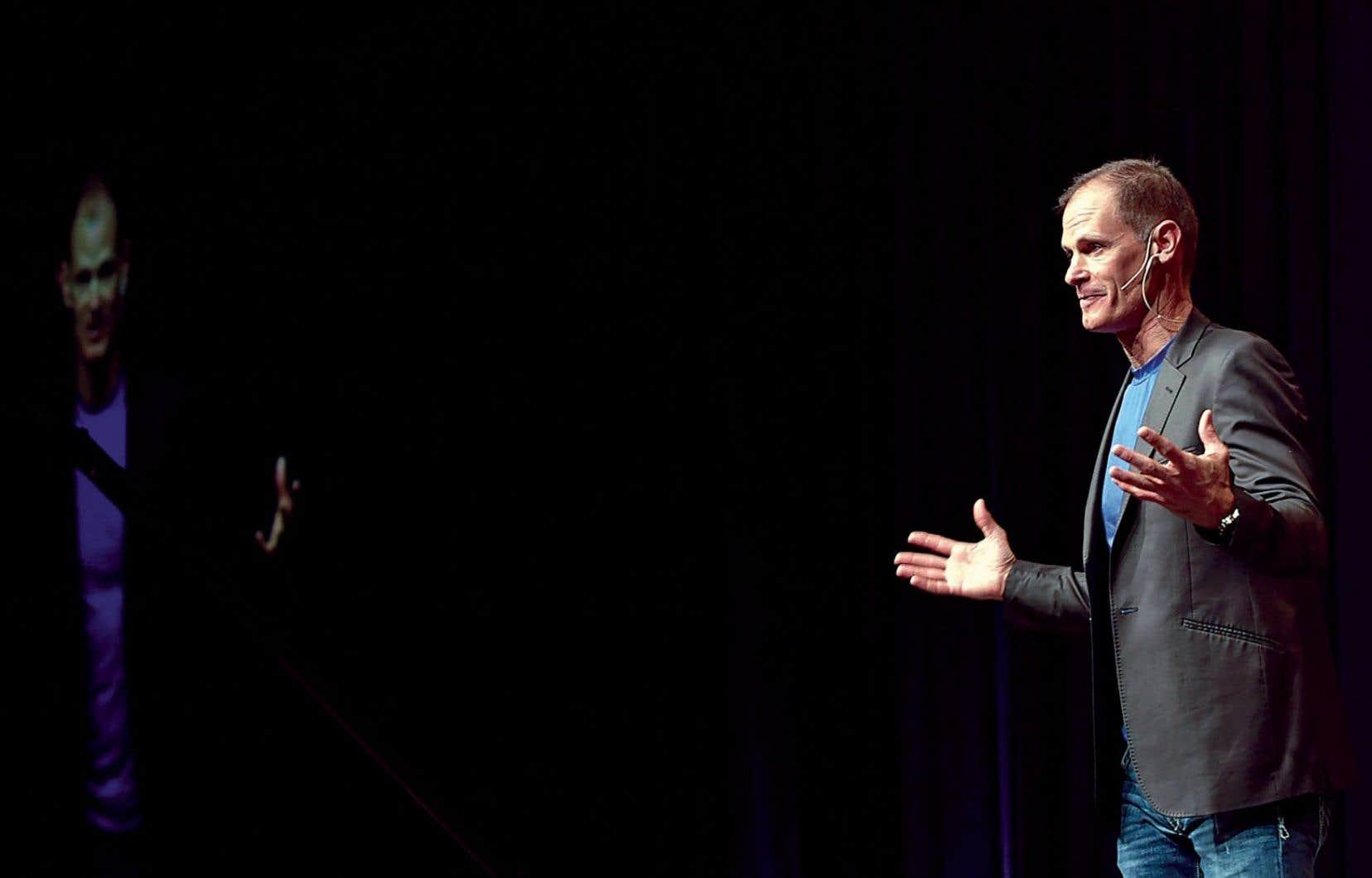 Le présentateur TED Mike Rayburn demande 15000 $ par conférence et en a plus de 4000 à son actif.