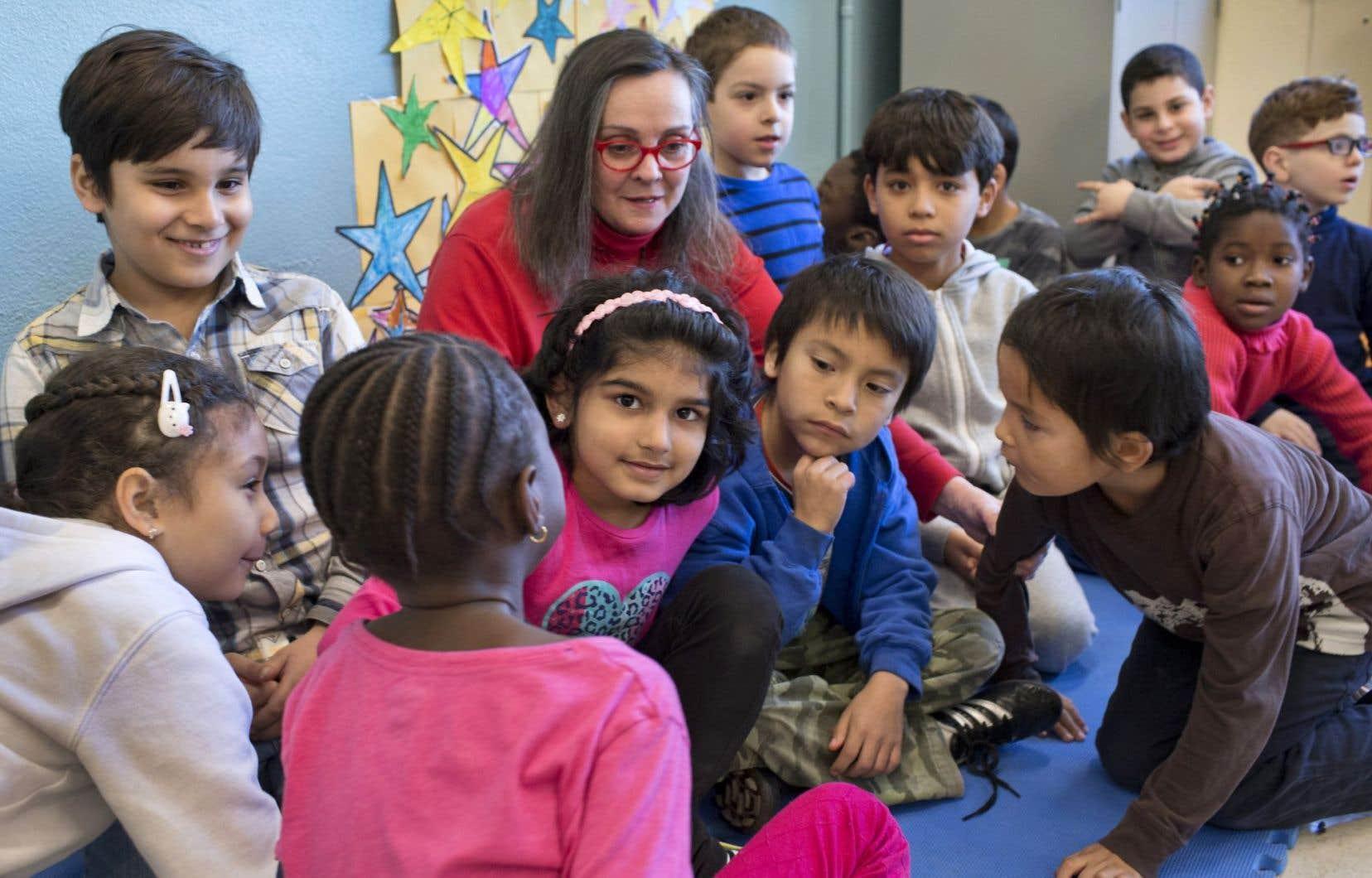 Entourée de ses petits protégés venus de Syrie et des quatre coins du monde, Francine Caron, intervenante communautaire scolaire, est l'ange qui les aide à déployer leurs ailes dans la communauté, le pont entre les nombreuses rives où accoster son radeau.