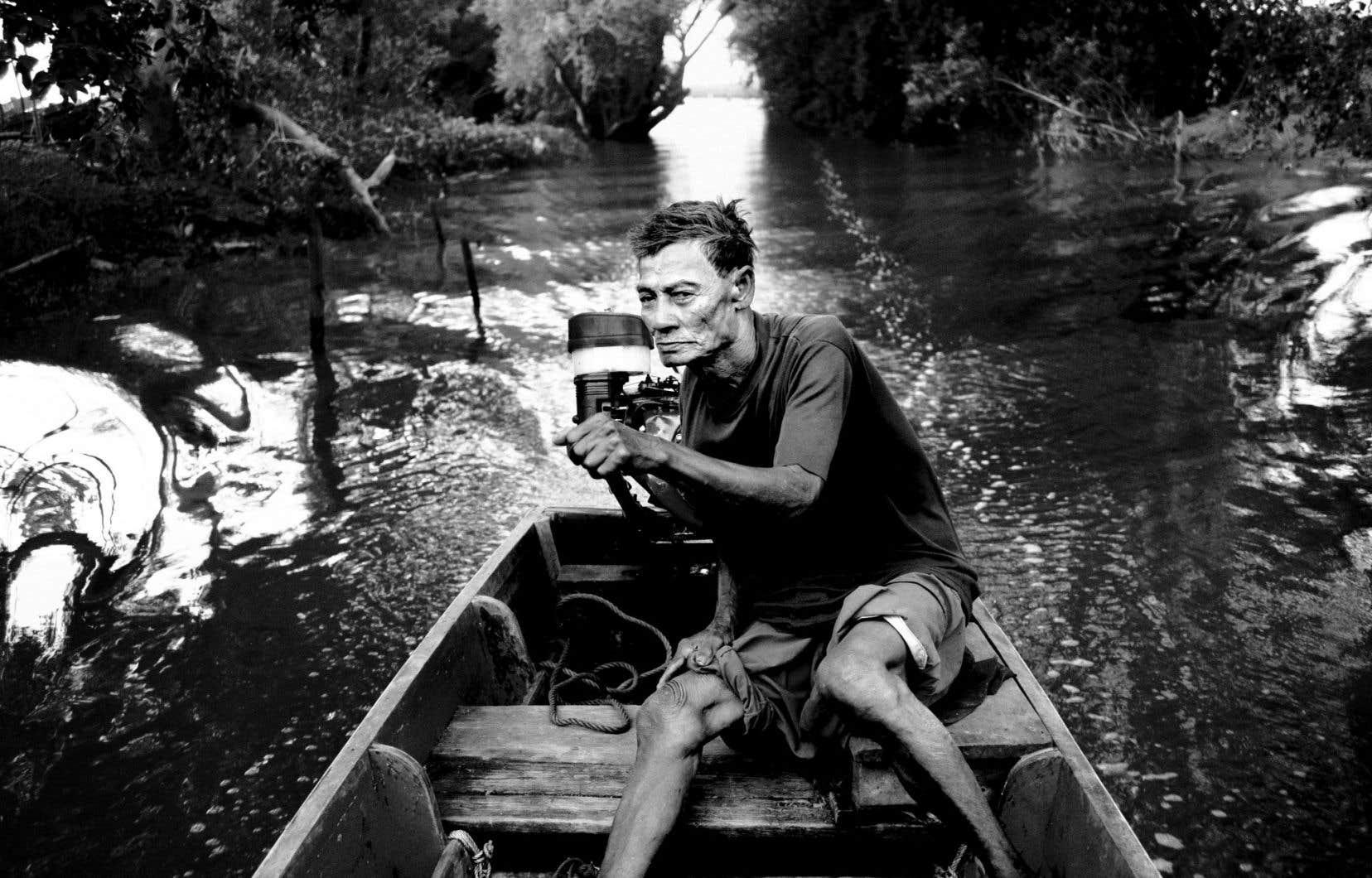Derrière ses allures de petit village thaïlandais idyllique, Khun Samut Chin subit les affres du réchauffement climatique en s'enfonçant année après année dans l'eau, au profit de la hausse du niveau des mers. Cet homme navigue dans le village, dont les contours se sont effacés de plusieurs dizaines de mètres au fil des décennies.