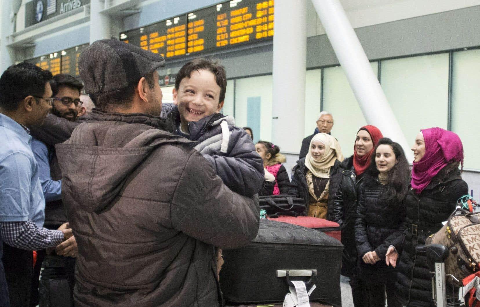 Un premier groupe de réfugiés syriens est arrivé à Toronto jeudi soir. Le jeune Ahmad Mazan Khabbaz en était fort heureux.