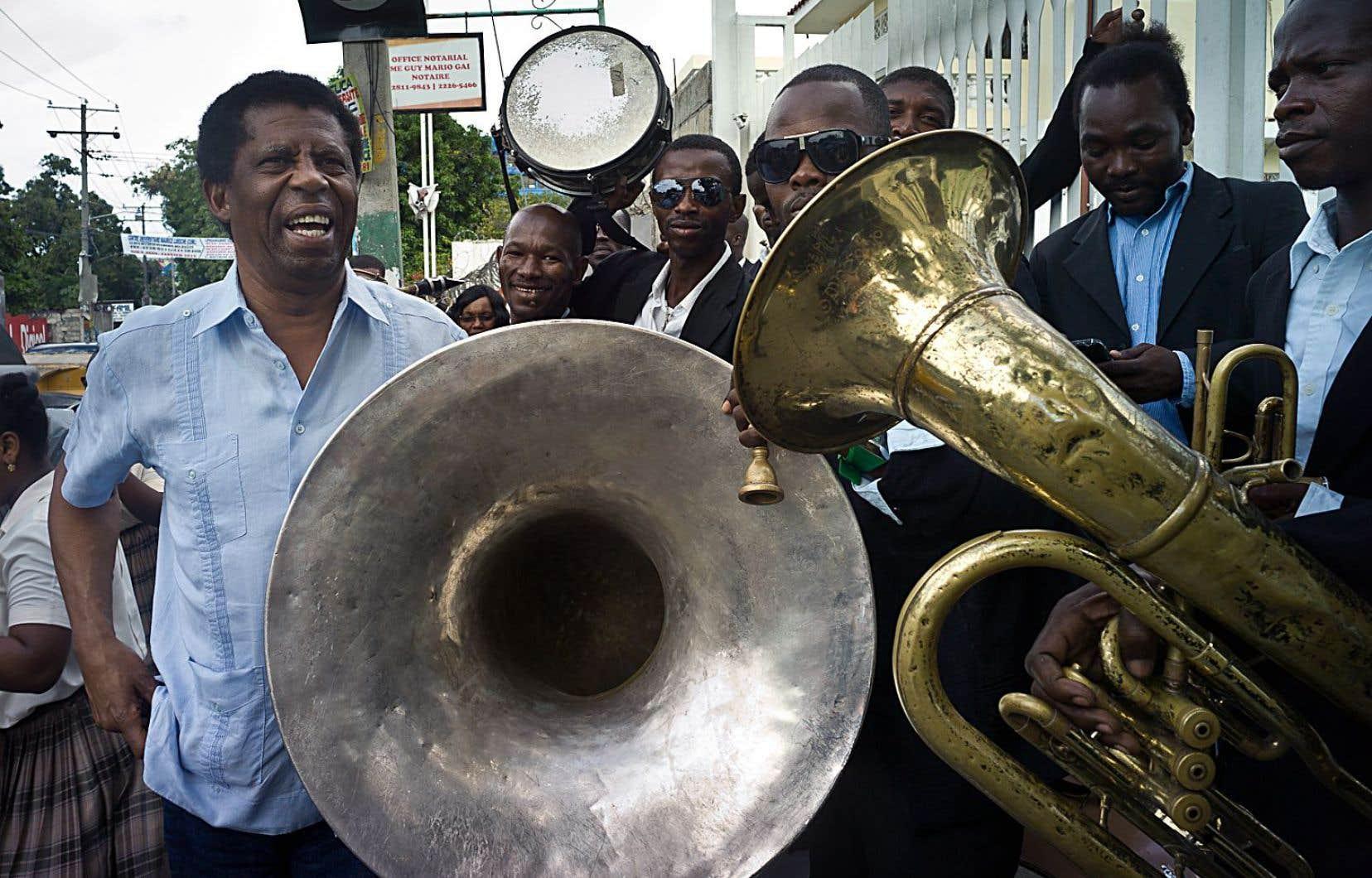 Immense vedette locale et figure de proue malgré lui de cette délégation d'une douzaine d'écrivains québécois, Dany Laferrière ne peut se déplacer dans les rues de Port-au-Prince sans susciter l'enthousiasme.