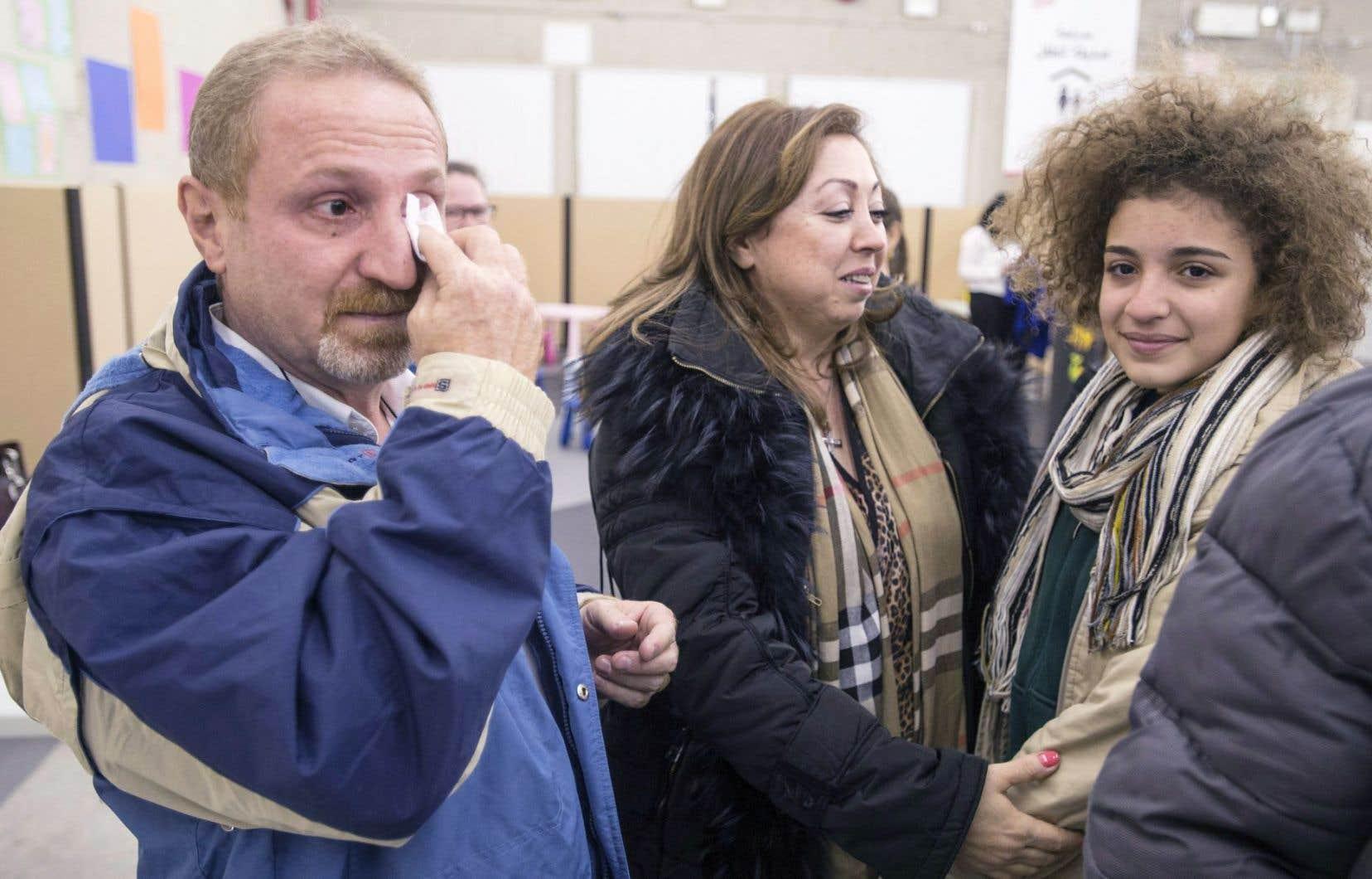 Les familles étaient heureuses et émues de se retrouver, samedi soir. Samer Beylouneh essuie ses larmes tandis que sa fille, Laila, est accueillie par sa tante Marie Belona.