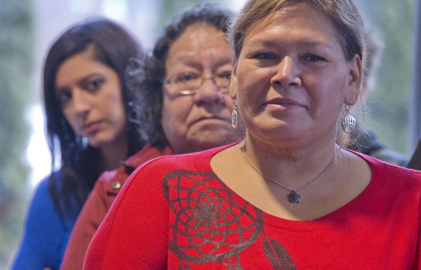 Les enquêtes se font toujours en anglais, souligne la présidente de Femmes autochtones du Québec, Viviane Michel (premier plan), une Innue de Maliotenam, où la langue seconde est le français.