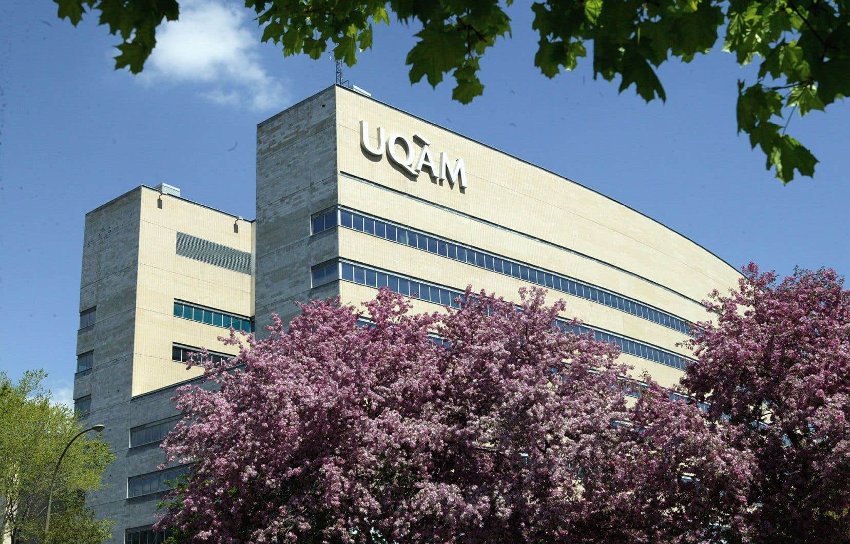 Le manque à gagner de l'UQAM s'explique par les compressions de 6,2millions annoncées dans le plus récent budget provincial, des compressions imposées à toutes les universités québécoises en fonction de leur taille.
