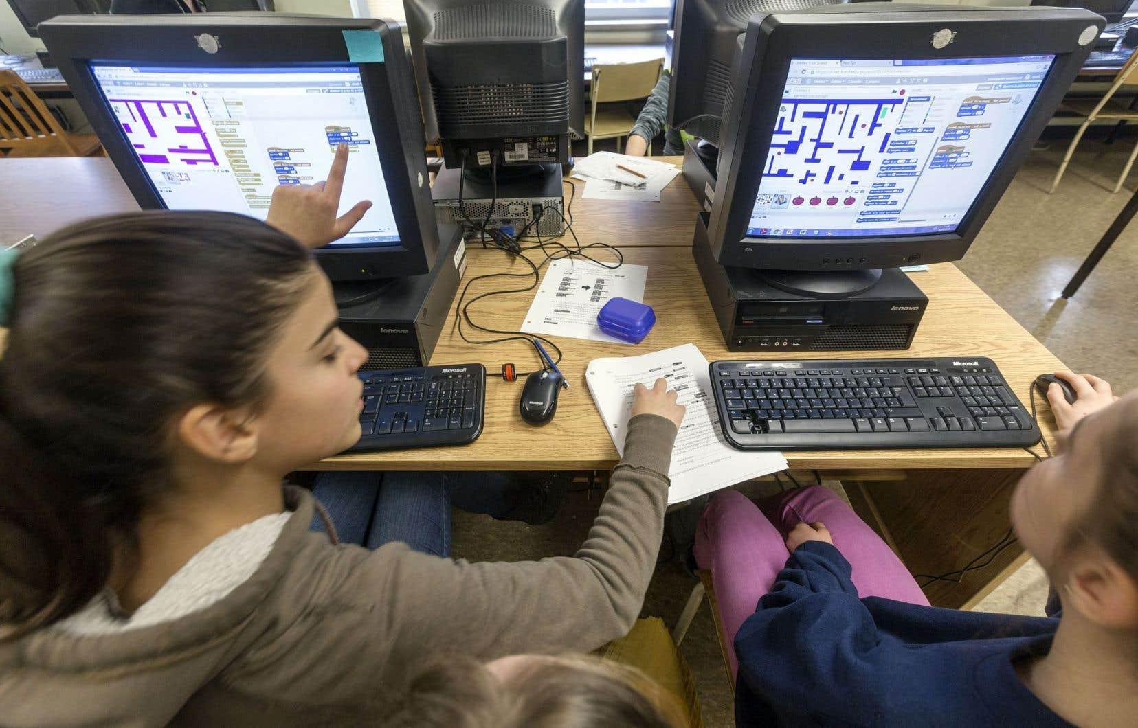 Un cours de programmation donné par la stagiaire Viviane Vallerand, à l'école Anne-Hébert de Québec.