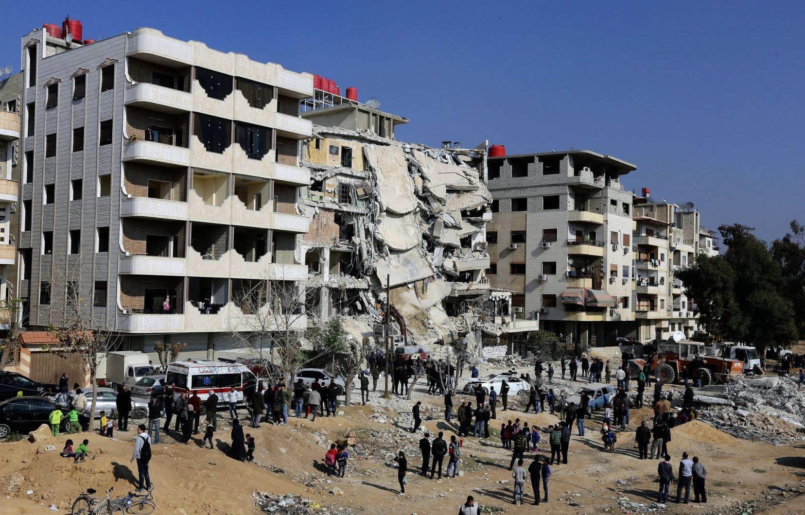 Dimanche, on tentait de désencombrer le site de l'attaque où aurait été tué Samir Kantar à Jaramana, au sud-est de Damas en Syrie.