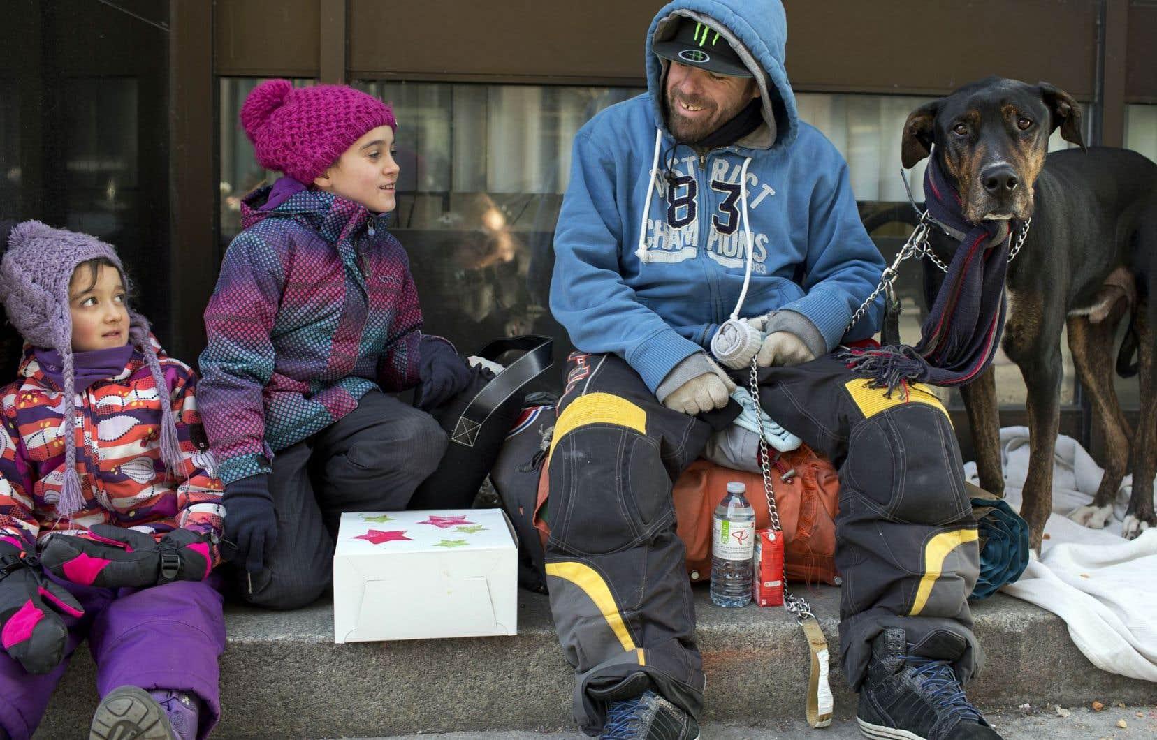 Marion et sa sœur Romane se sont arrêtées un instant pour discuter avec un homme. Il a reçu avec plaisir l'une de leurs boîtes bien pleines de nourriture.