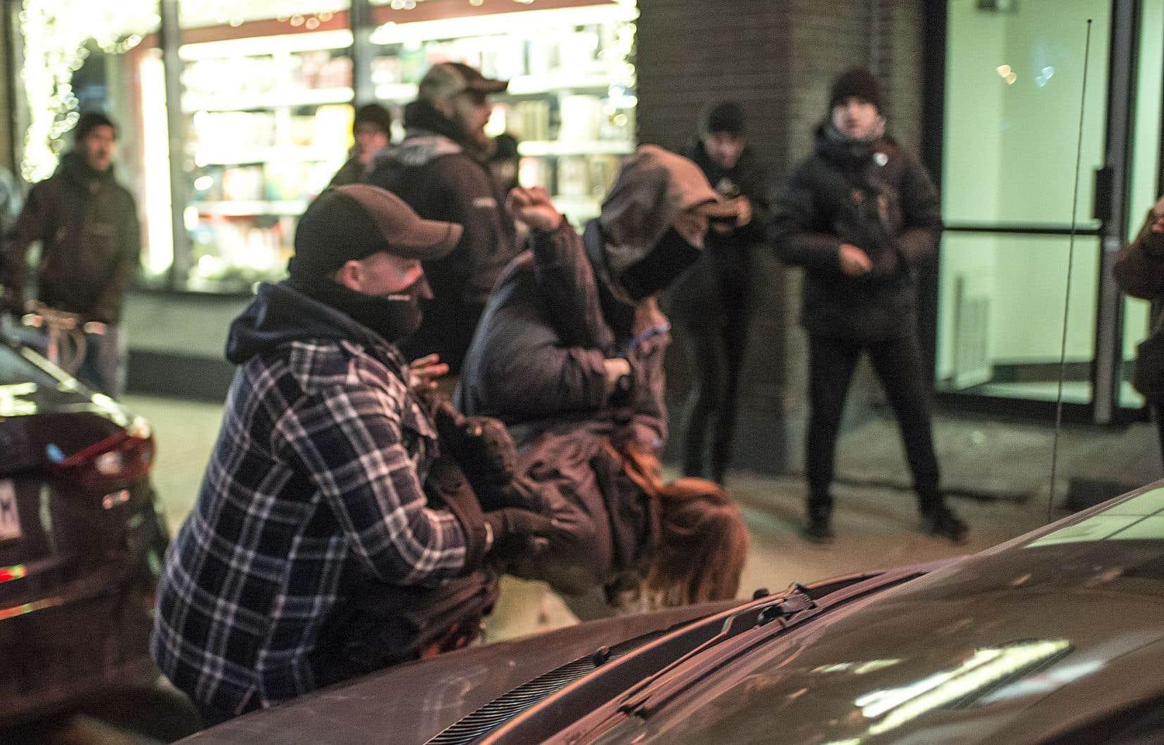 Une équipe du journal «The Link», de l'Université Concordia, a suivi le manifestant et les policiers. Ils ont photographié l'arrestation de Simon Dugrenier. Les deux policiers avaient le visage couvert.