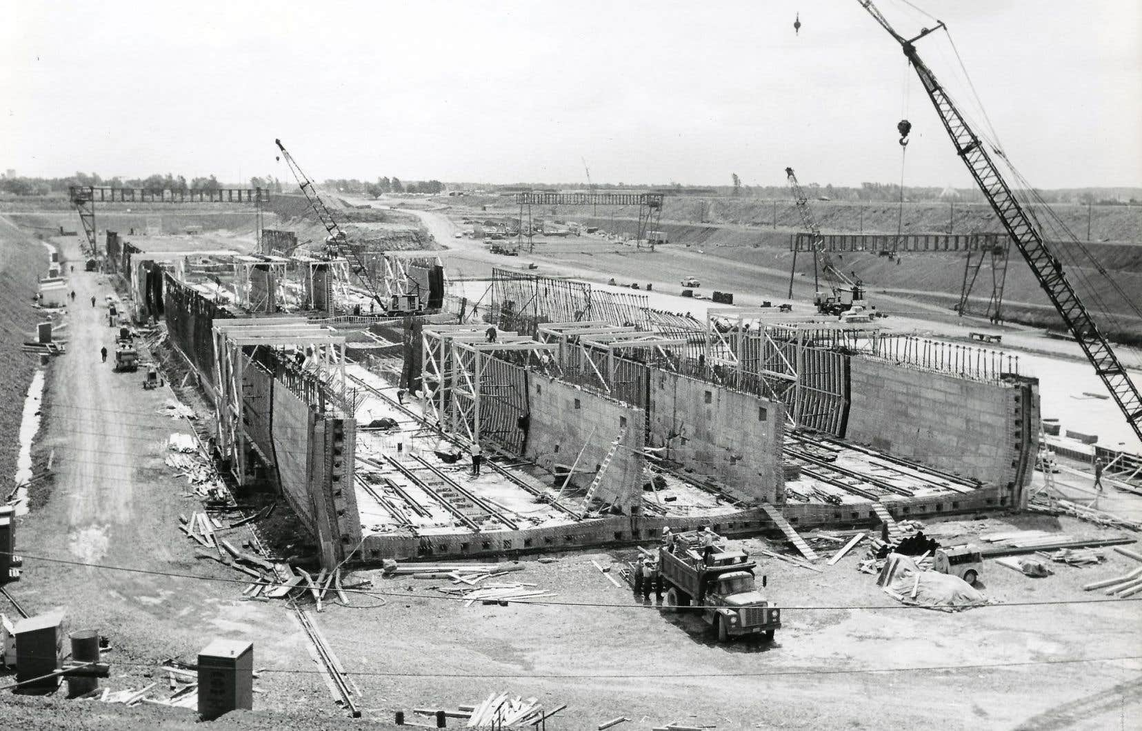 Construit dans la foulée des grands travaux mis en branle pour l'Exposition universelle de Montréal, le tunnel Louis-Hippolyte-La Fontaine a été achevé en mars1967.