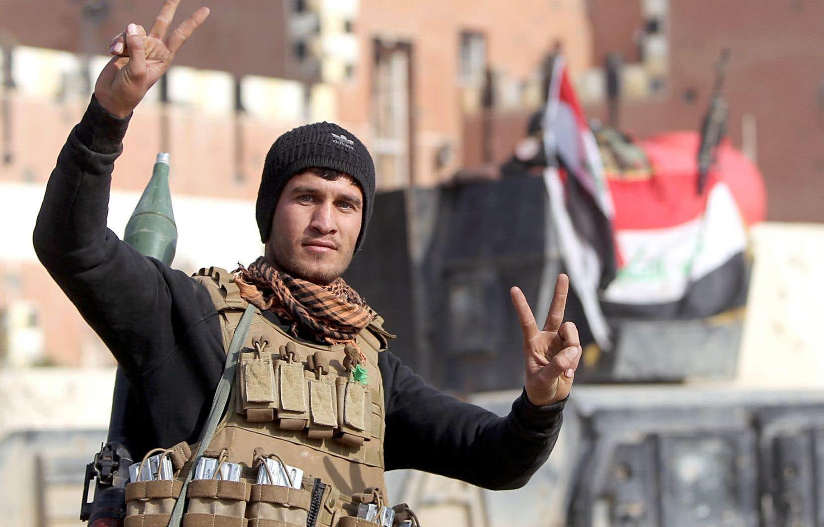 Un membre des forces antiterroristes irakiennes affichait le signe de la victoire lundi à Ramadi.
