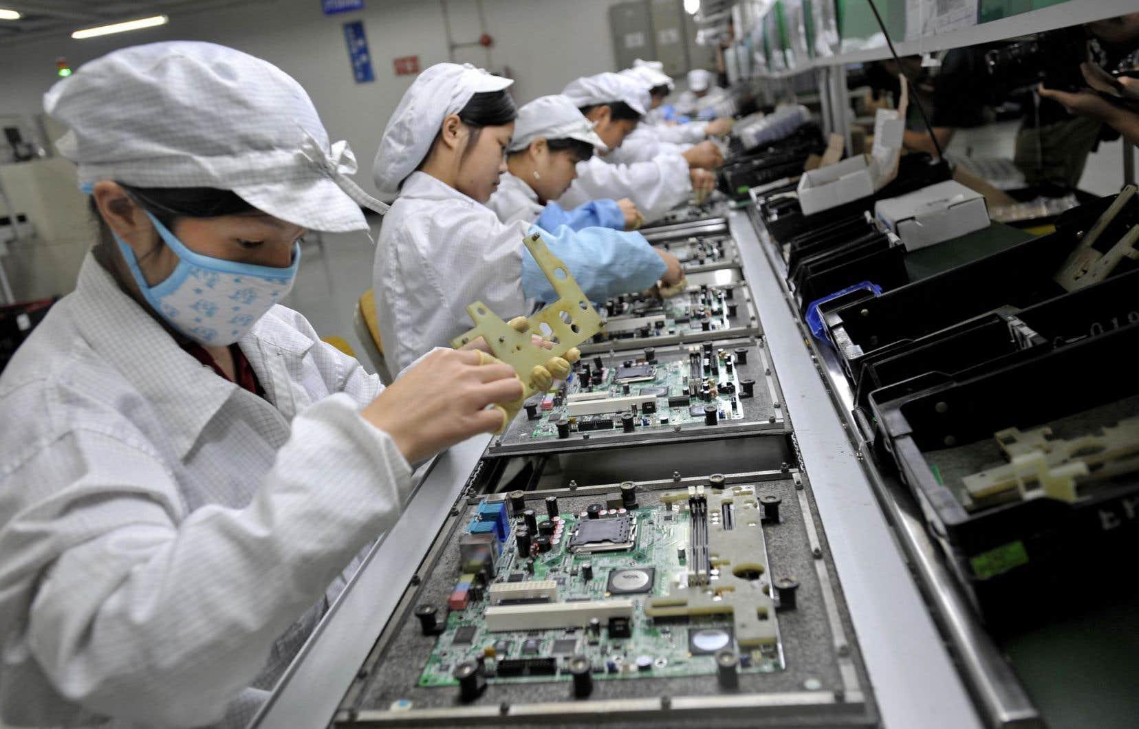 Les travailleurs de l'usine de Foxconn assemblent iPhone, Xbox et autres en silence, comme le veut la consigne.