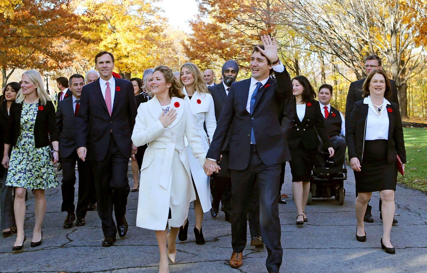 Justin Trudeau, en compagnie de son épouse, Sophie Grégoire, et de son cabinet à leur arrivée à Rideau Hall pour l'assermentation du nouveau gouvernement, le 4 novembre dernier