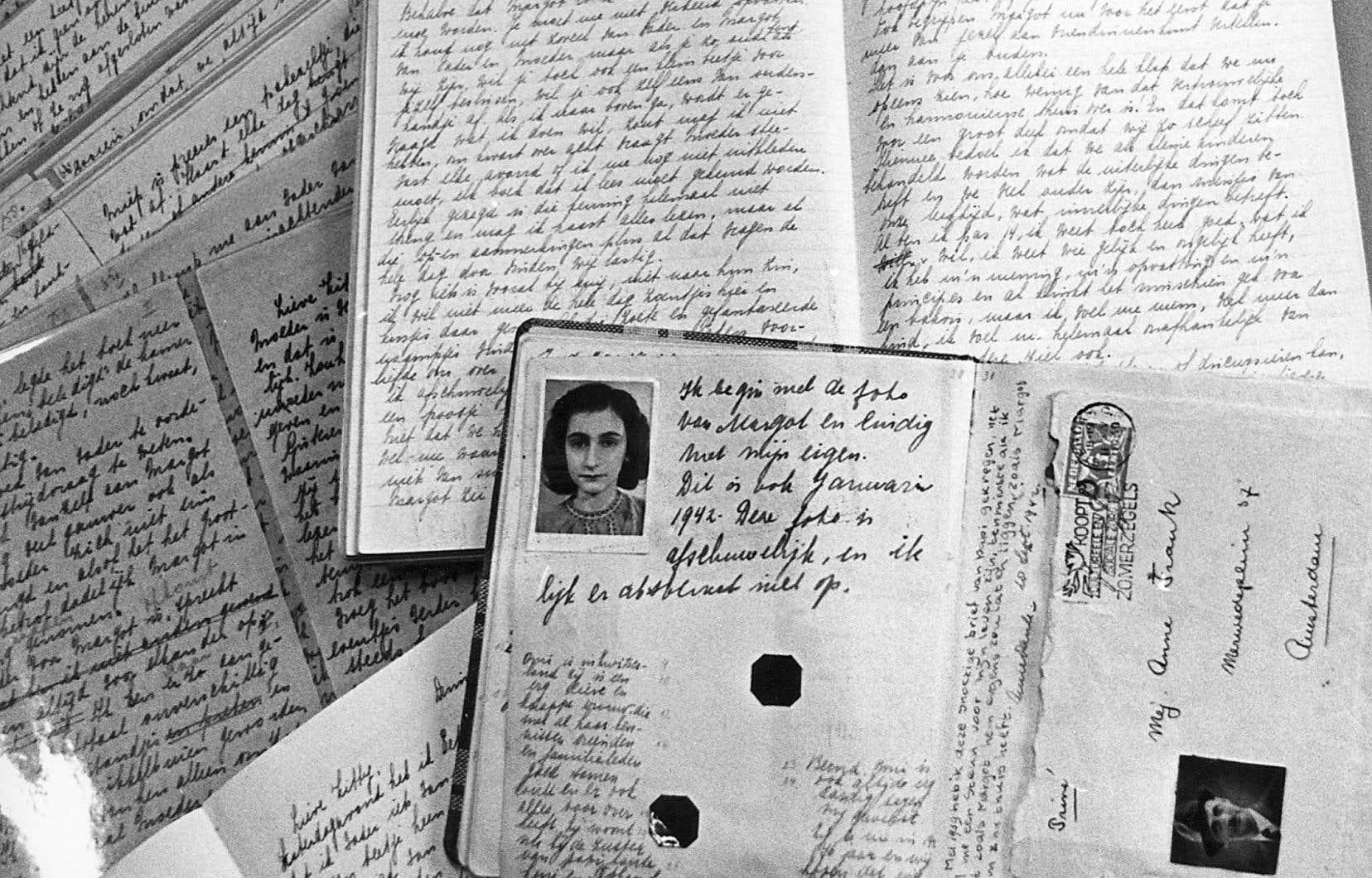 Le passeport d'Anne Frank posé sur des cahiers de son journal, qu'elle écrivit dans les combles de la maison d'Amsterdam entre juin1942 et le 4août 1944
