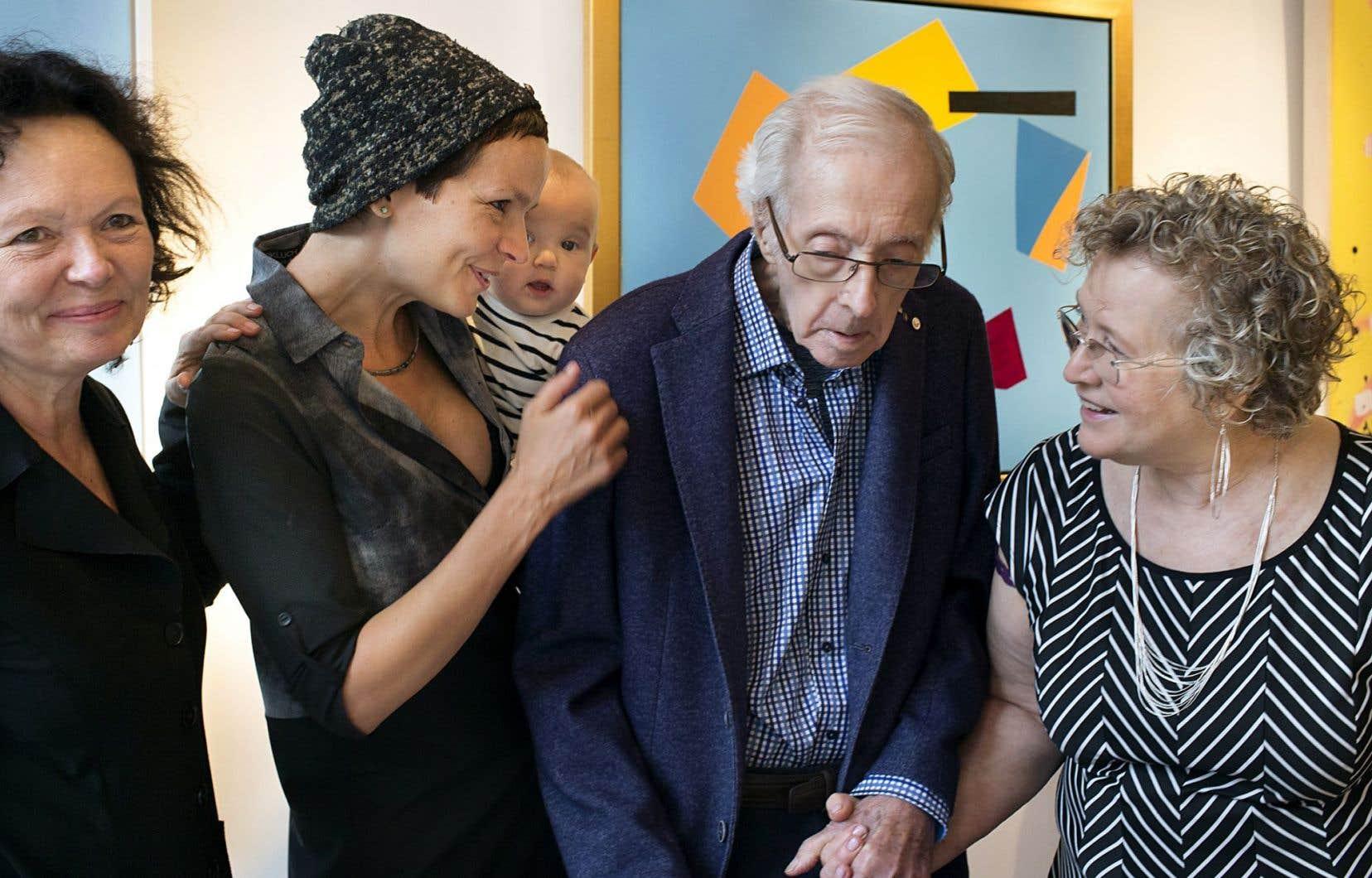 Dans une photo récente, Marcel Barbeau entouré de sa fille Manon, de sa petite-fille Anaïs, du bébé de cette dernière et de son épouse, Ninon