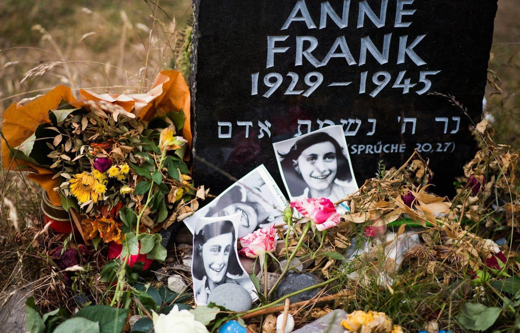 Une pierre à la mémoire d'Anne Frank sur le site de l'ancien camp de concentration Bergen-Belsen, en Allemagne, est décorée de fleurs. Selon l'interprétation du conférencier français Olivier Ertzscheid, le journal est libre de droits 100ans après la mort de son auteure.