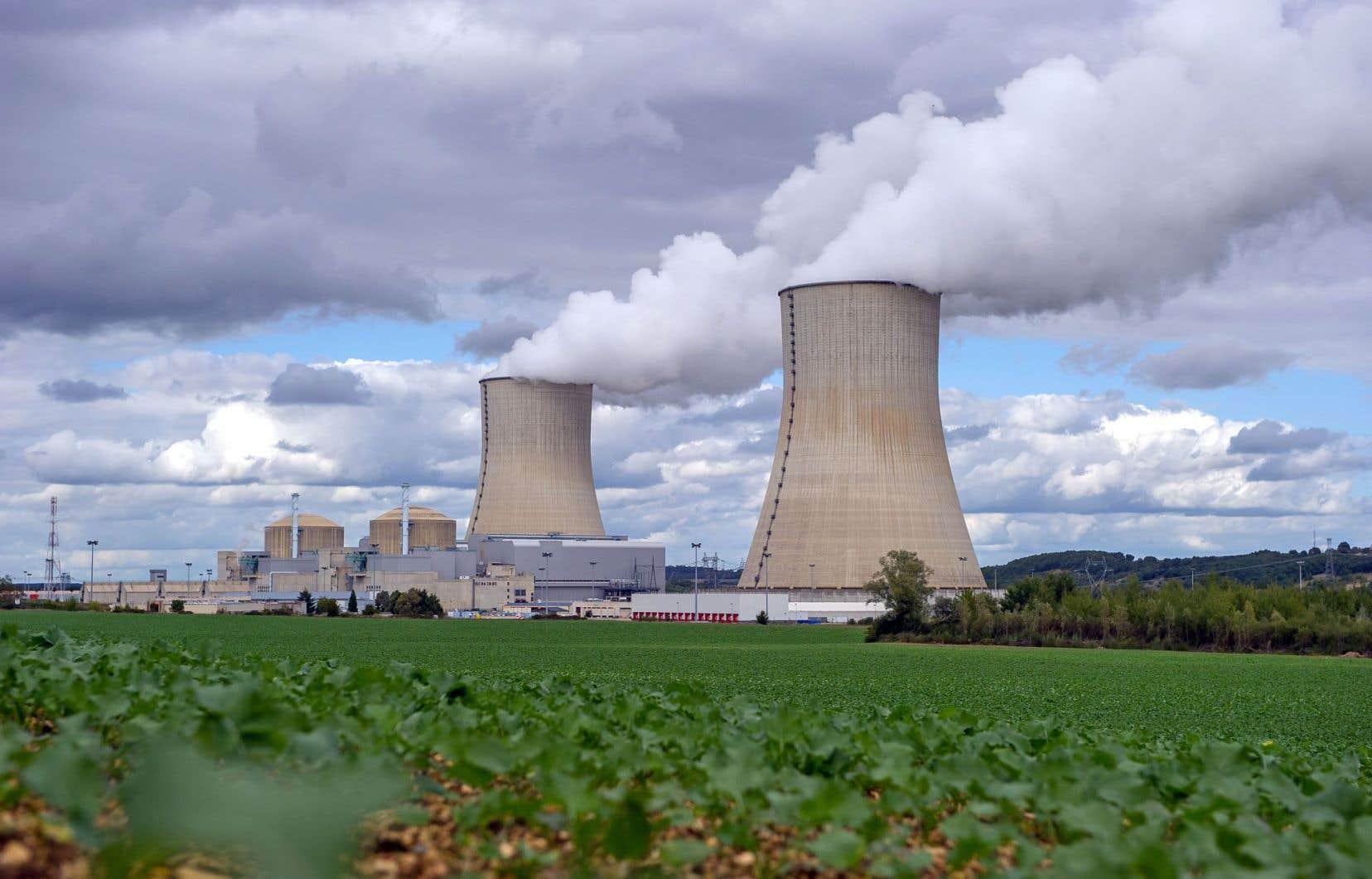 En France, la loi de transition énergétique prévoit une baisse des émissions nationales de GES et une baisse de la part du nucléaire dans le mix électrique.