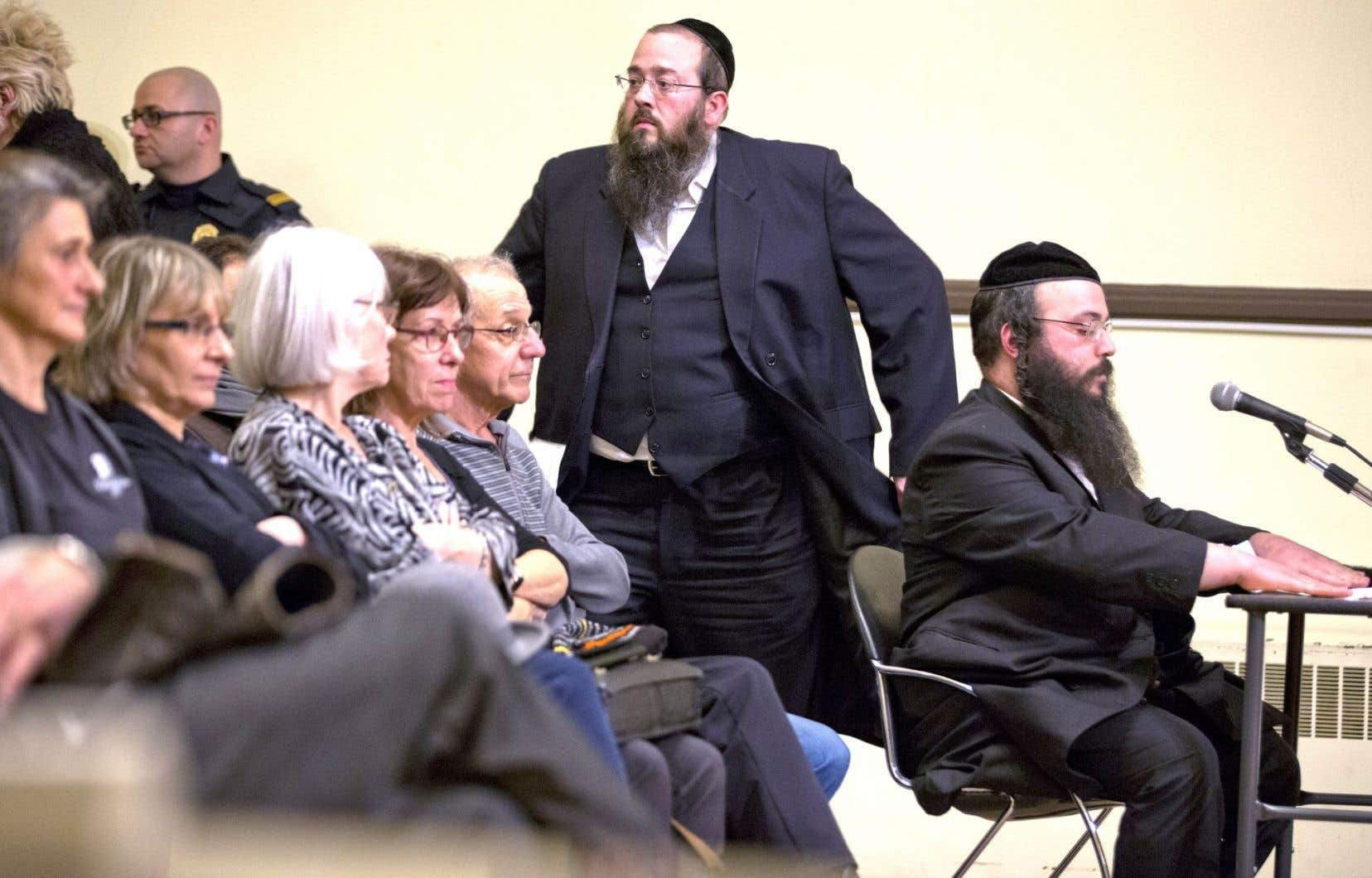 «Nous nous sentons ciblés», a dit Mayer Feig (debout), un membre actif de la communauté hassidique.