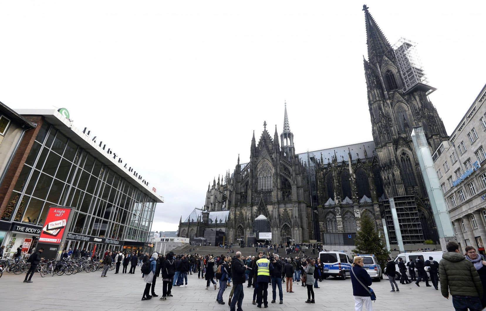 Les policiers surveillaient de près les manifestants mercredi, près de la cathédrale et de la gare ferroviaire de Cologne.