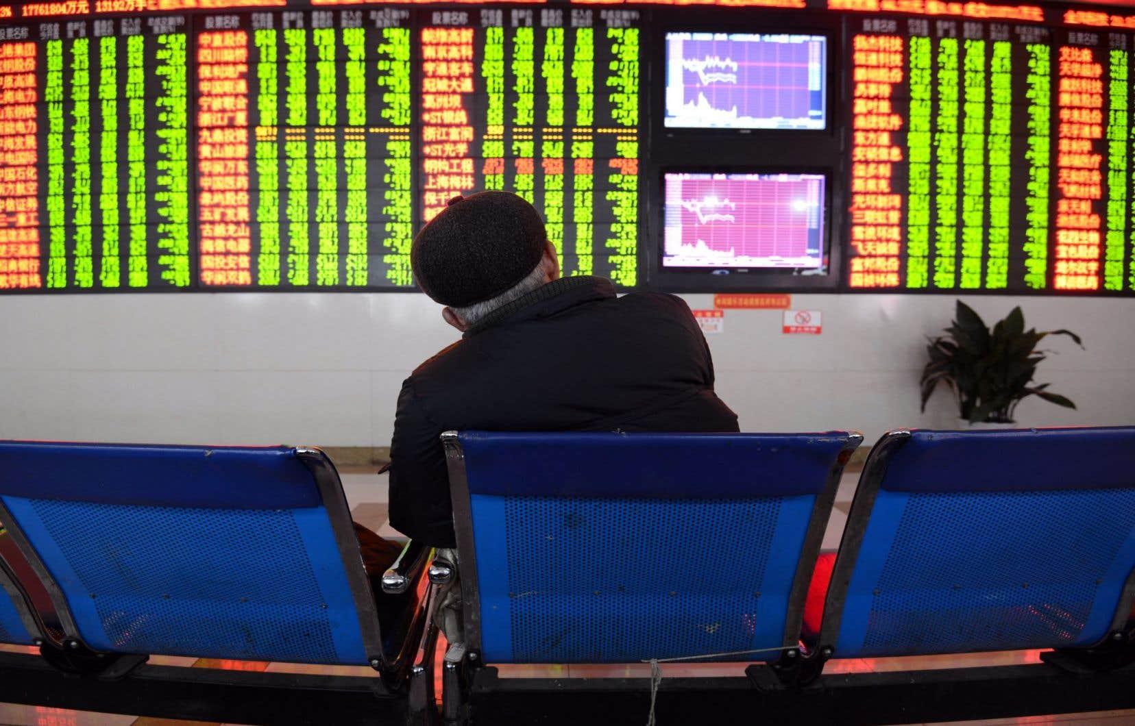 Un investisseur chinois suivait attentivement les cotes boursières cette semaine.