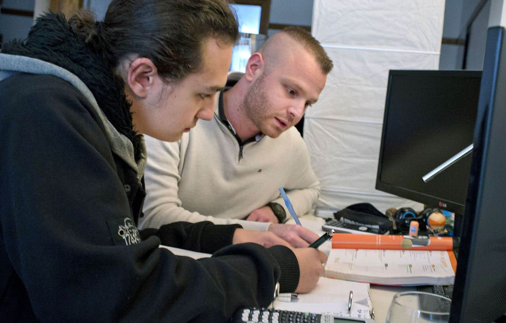 Armand étudie les maths avec son tuteur, Anthony.
