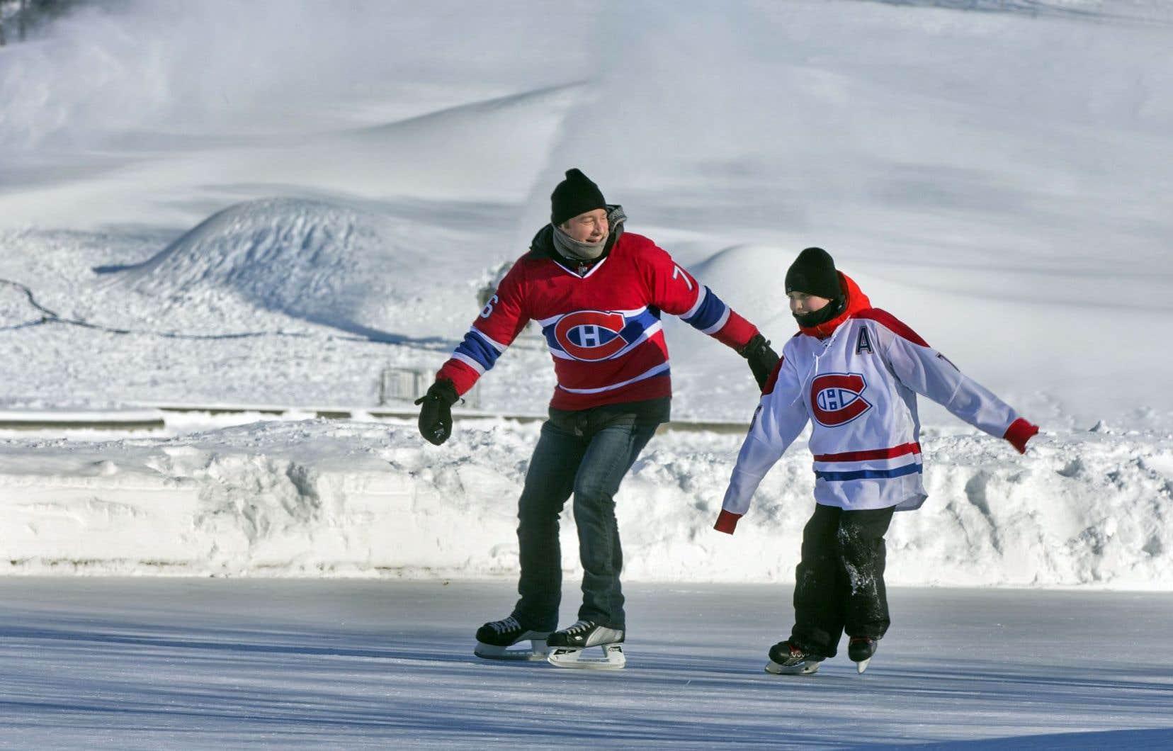François Beaumier et son fils Étienne patinent sur le lac aux Castors, sur le mont Royal.