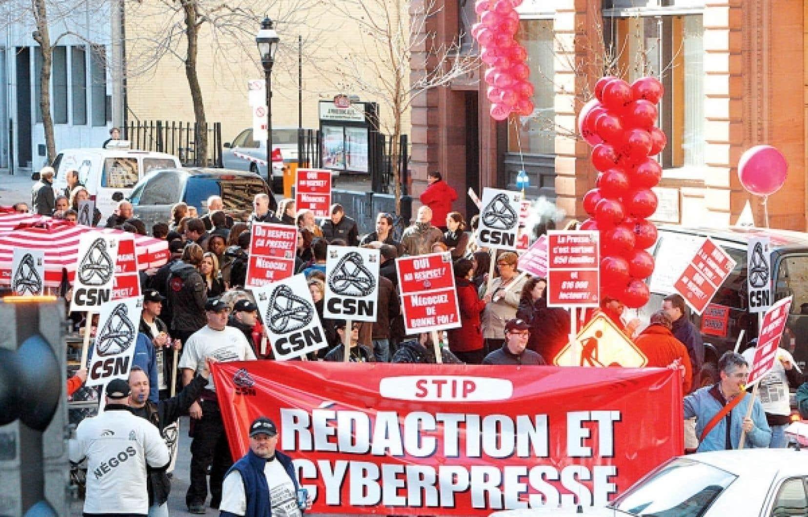 Les quatre syndicats des employés de La Presse qui n'ont toujours pas d'entente avec la direction ont manifesté devant les bureaux du quotidien, à Montréal, hier après-midi.