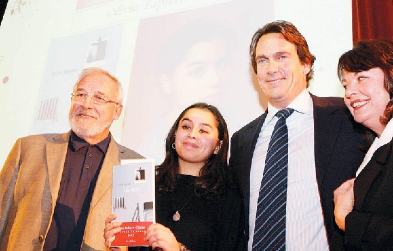 La lauréate entourée de l'éditeur Jean-Yves Soucy et du président de Quebecor, Pierre Karl Péladeau
