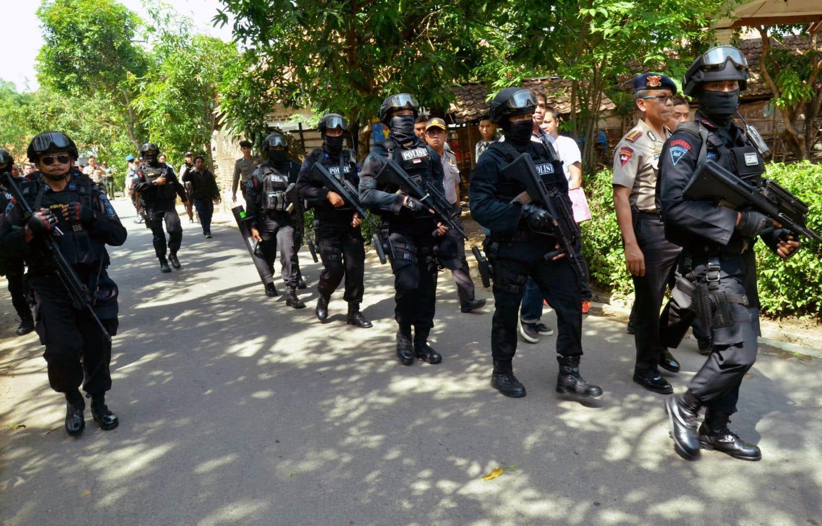 Un commando de la police indonésienne lors d'une descente chez un suspect à Cirebon, dans l'ouest de l'île de Java