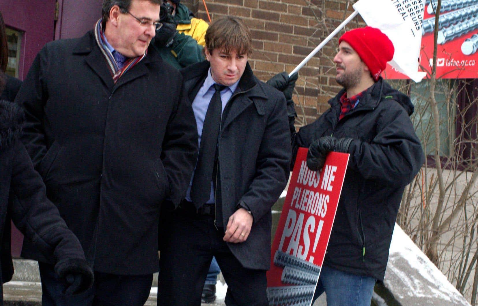 Le ministre de l'Éducation, François Blais, a visité une école de Montréal pour la première fois de son mandat, vendredi. Il était attendu par des manifestants.