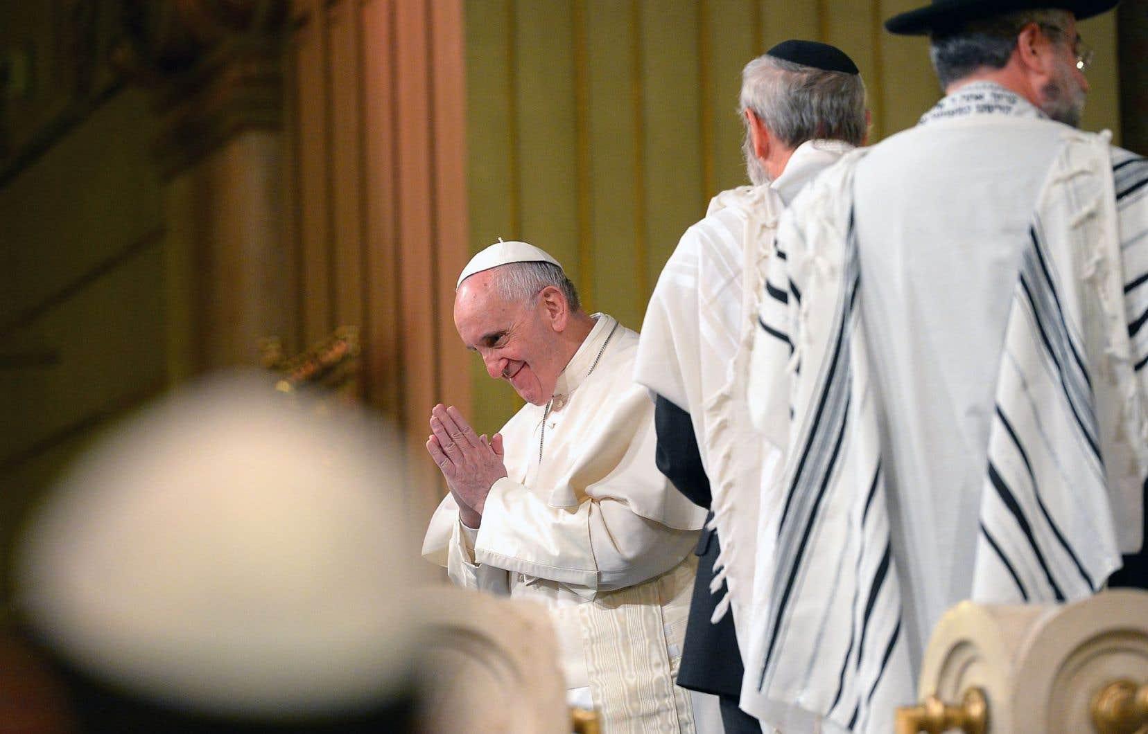 François a été le troisième pape à se rendre à la synagogue de Rome après Jean-Paul II et Benoît XVI. Dimanche, il y a été chaleureusement accueilli.