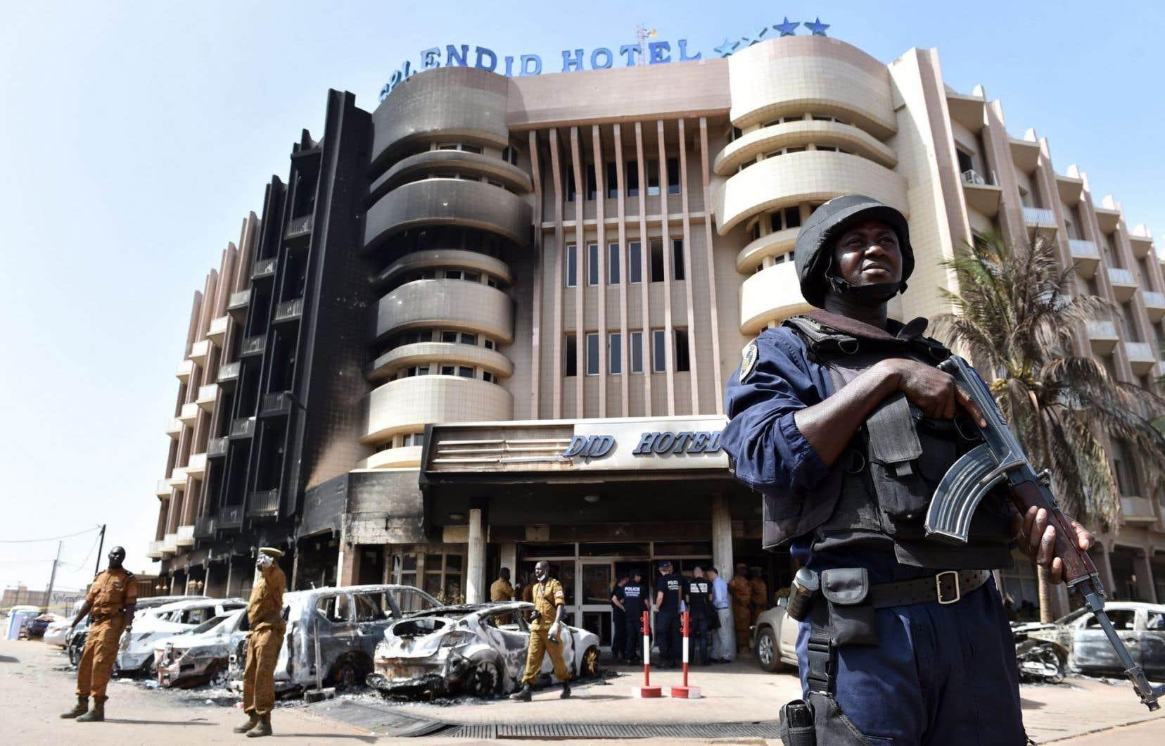 Un policier garde l'entrée de l'hôtel Splendid, où des terroristes ont tué 29 personnes, le 15 janvier dernier.