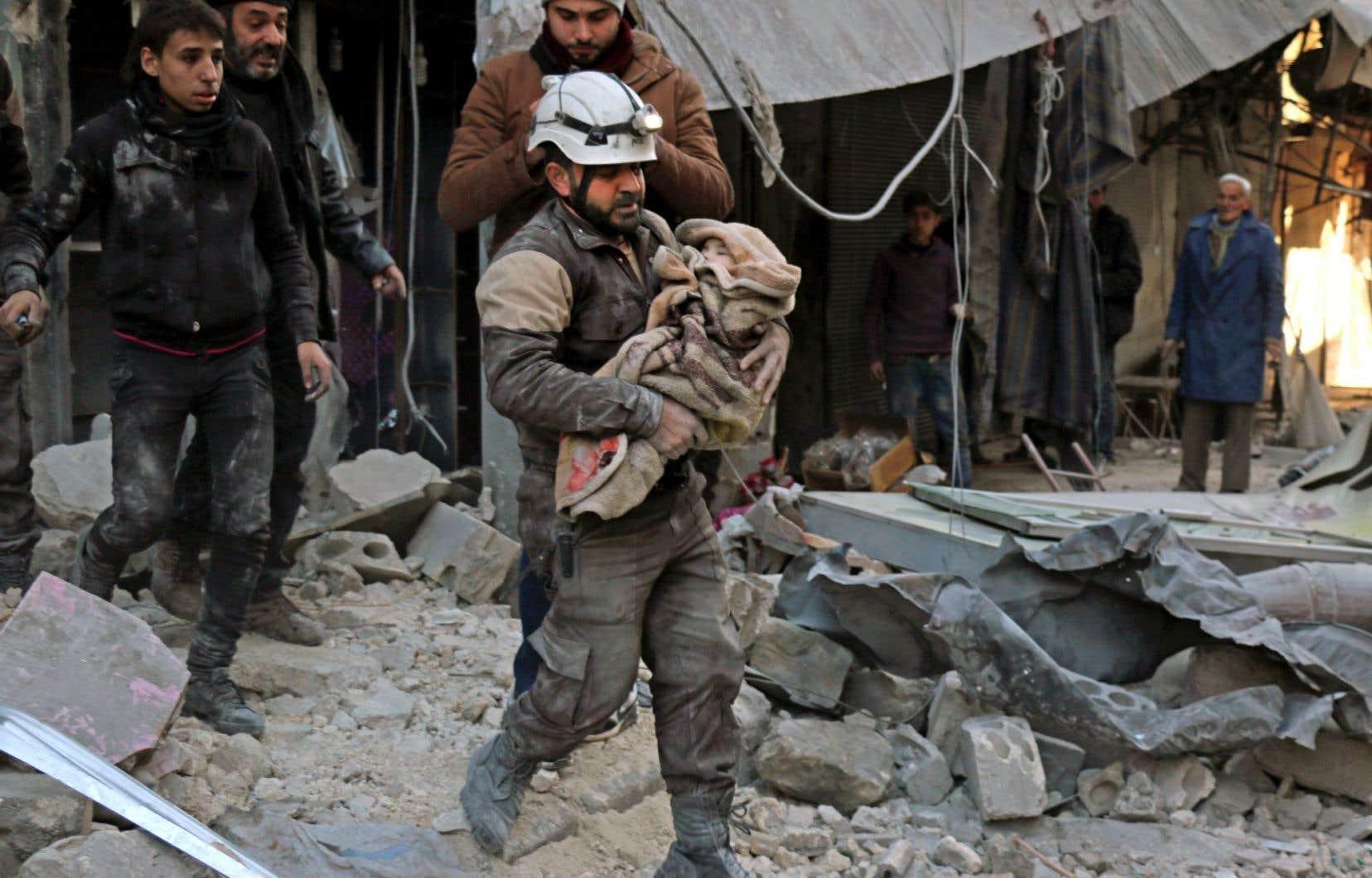 Samedi, le groupe EI a lancé une offensive d'envergure sur plusieurs secteurs de Deir Ezzor, dont le quartier de Sukkari, où les travailleurs de la défense civile s'affairaient à secourir les blessés.