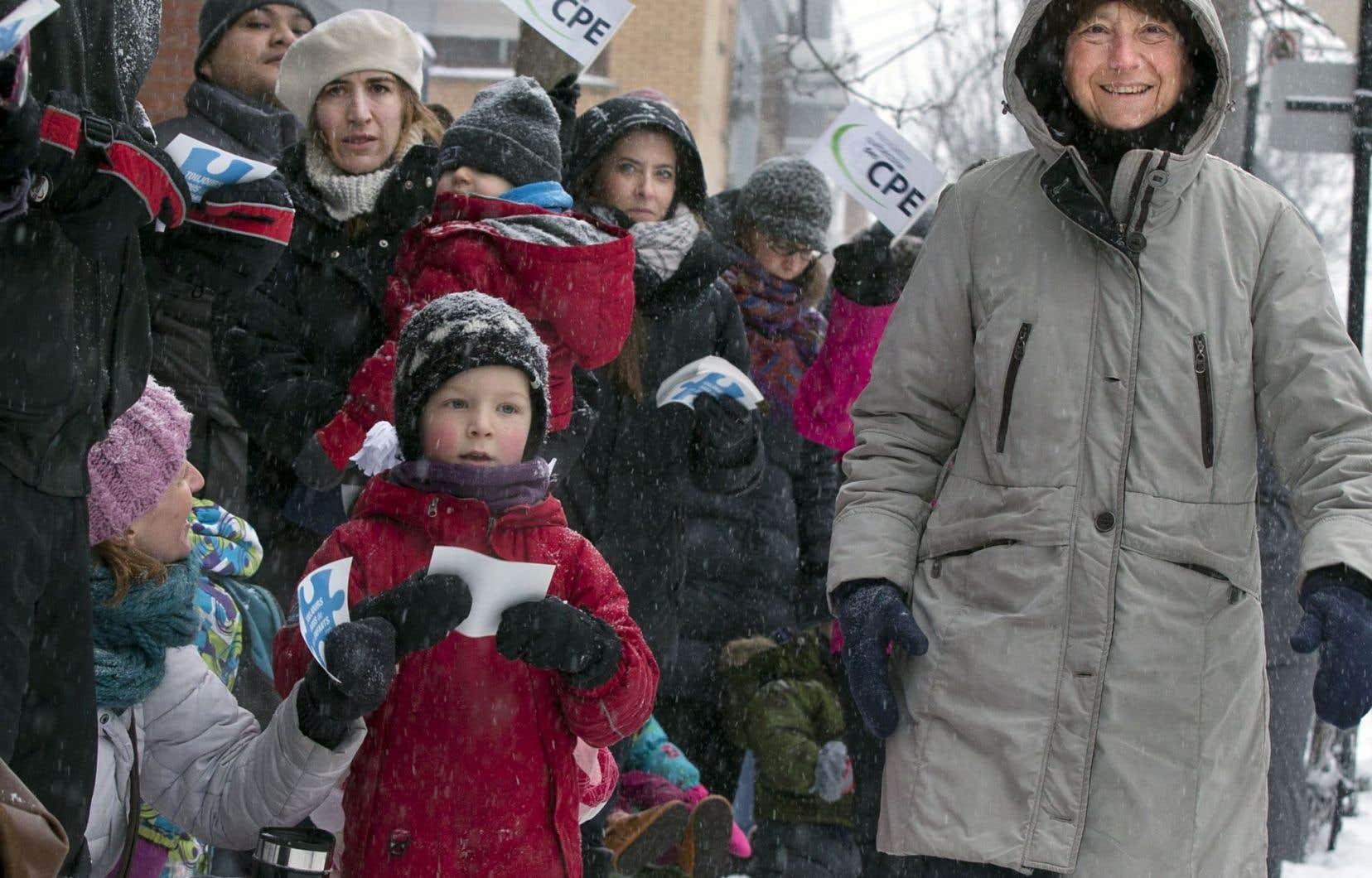 La députée et porte-parole parlementaire de Québec solidaire Françoise David a participé à la chaîne humaine qui a ceinturé le CPE Saint-Édouard, dans le quartier La Petite-Patrie.