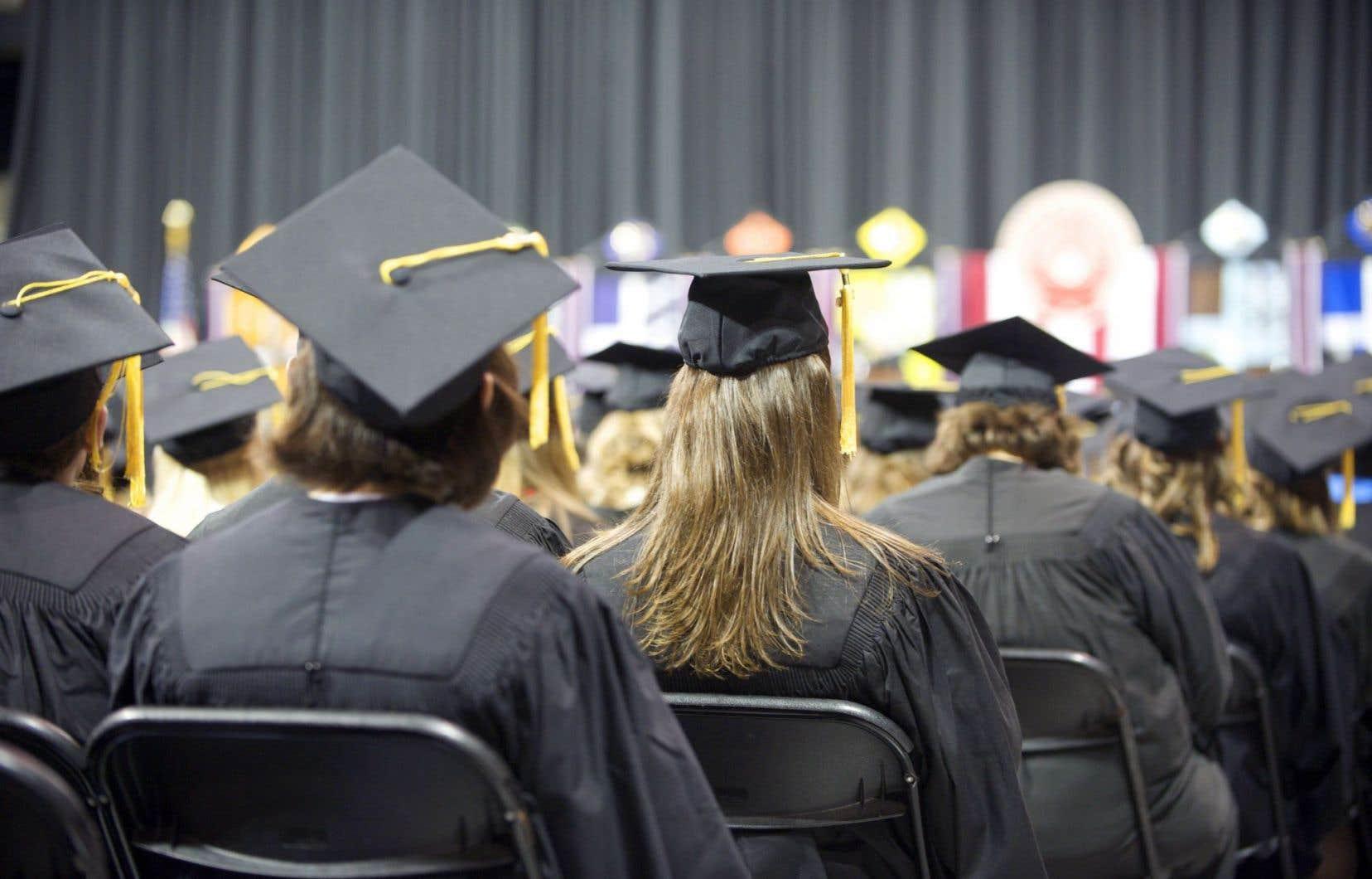 Ce diplôme ne portera qu'un nom, mais ce ne sera pas celui d'une seule personne. Ce diplôme, c'est un peu une société au complet qui s'est dit un jour que l'éducation était une voie vers l'avenir.