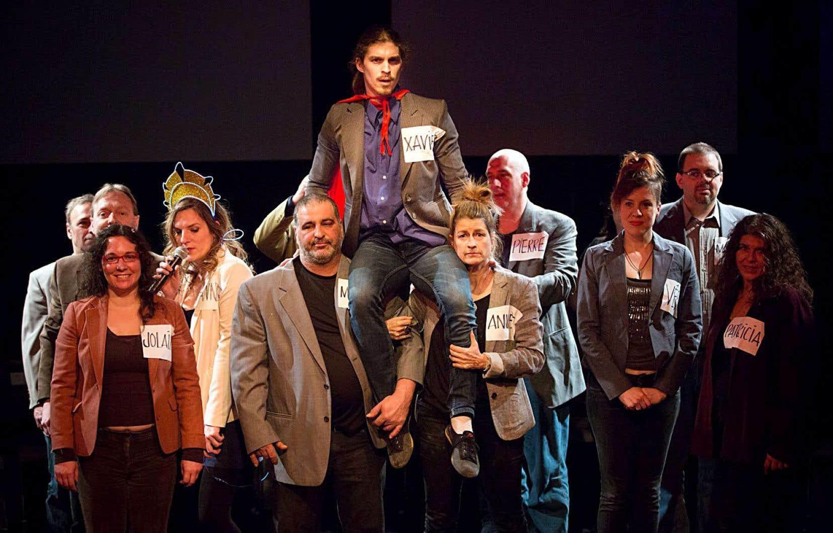 Sur scène, quinze citoyens lambda incarnent dans «Les bienheureux des amateurs», attachants par l'ordinaire qu'ils exposent.